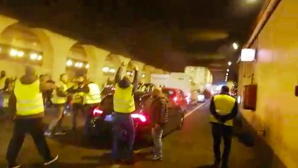 Taxistes ataquen un cotxe VTC a la Ronda Litoral / Adrià Lizanda