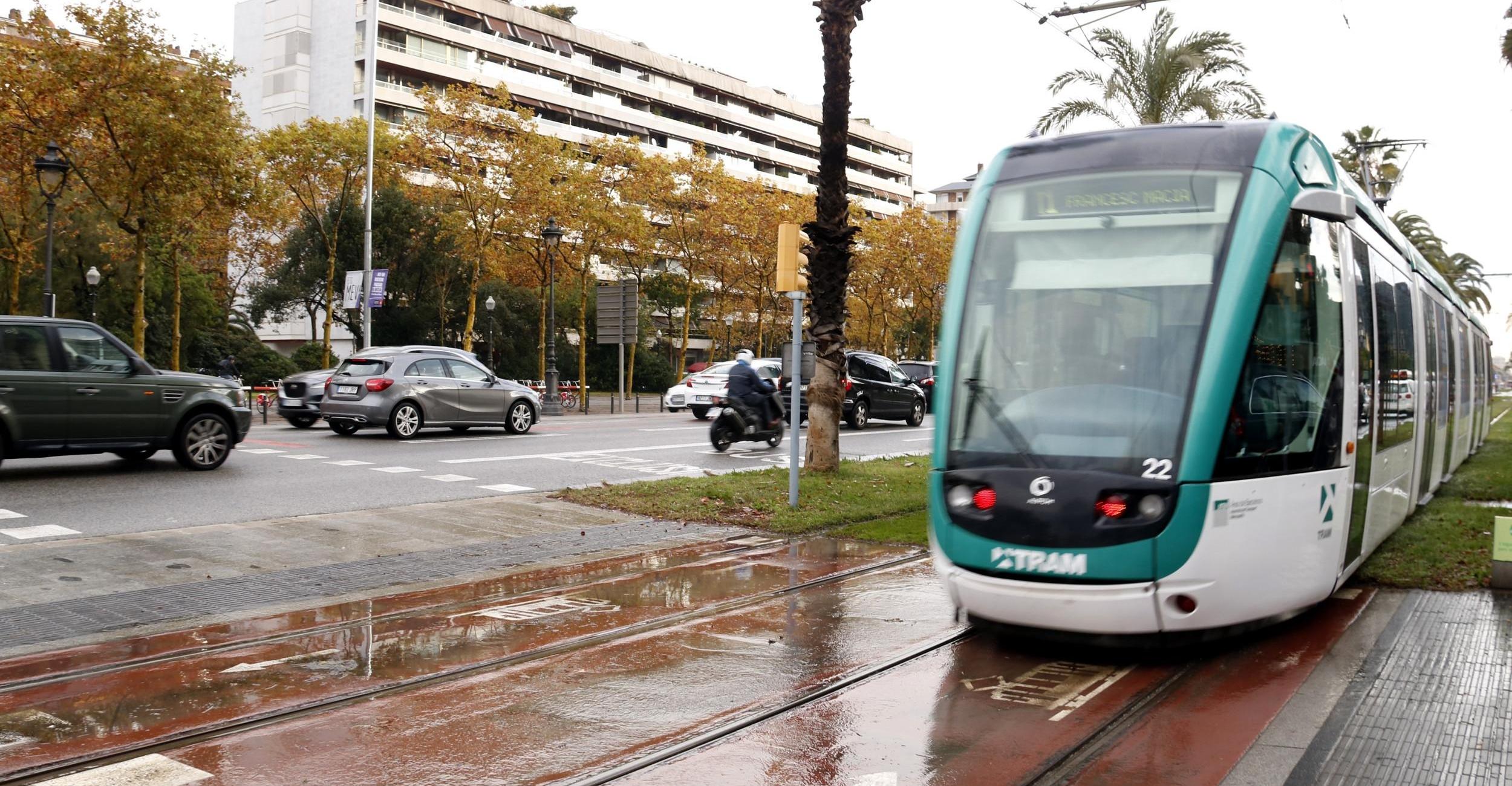 El tramvia de Barcelona, a l'altura de la Diagonal, en una imatge d'arxiu /ACN