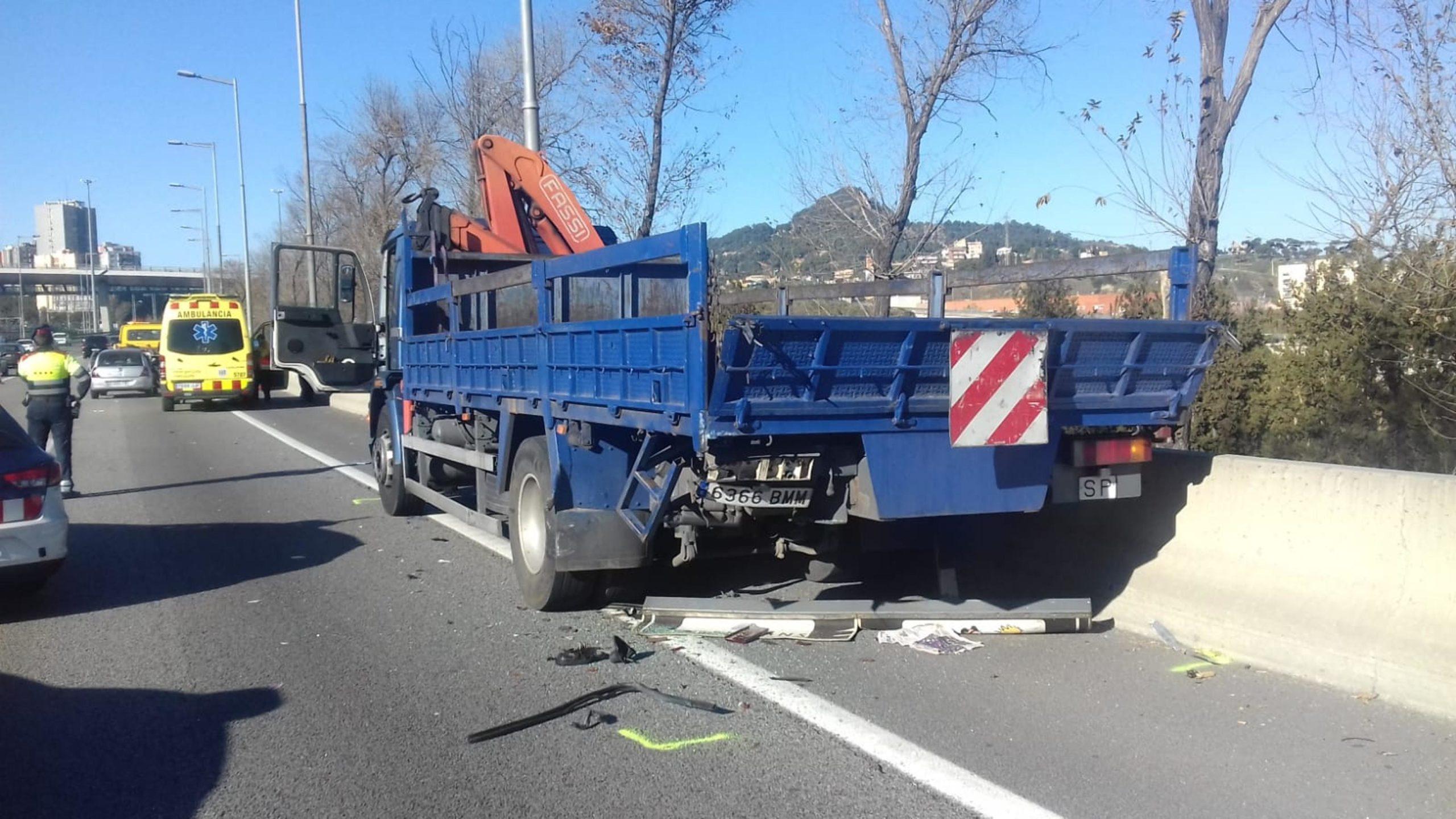 El camió que va rebre el xoc del cotxe a la C-58 / Trànsit
