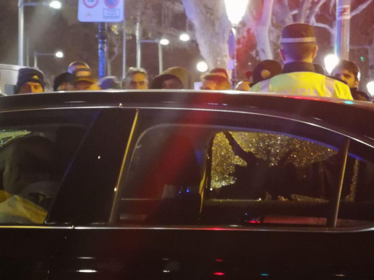 Un cotxe amb aspecte de VTC amb el vidre trencat per taxistes exaltats / D.C.