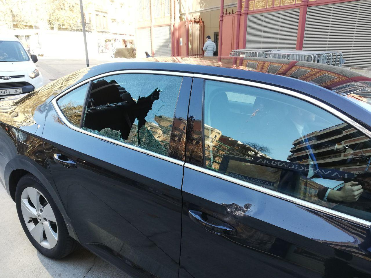 Vehicle de la flota de Cabify atacat per taxistes a Comte d'Urgell / Adrià Lizanda
