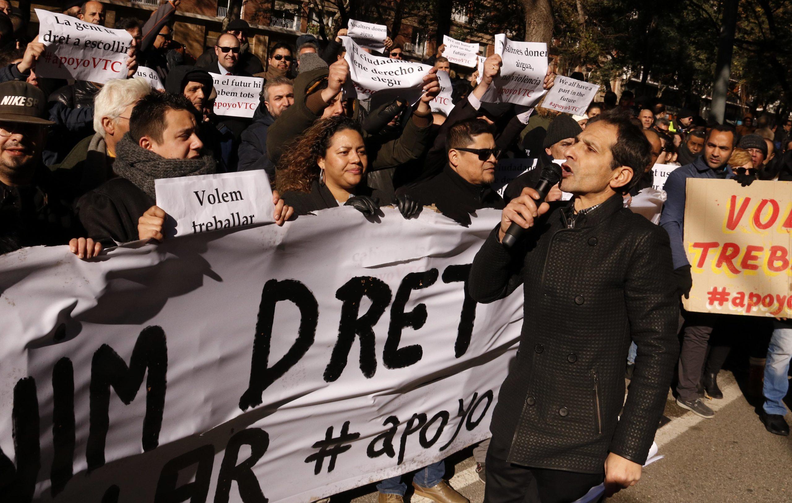 Els conductors VTC manifestant-se davant de la conselleria de Territori. / ACN