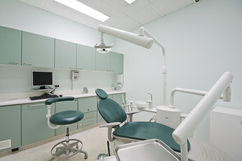 El nou dentista municipal desperta crítiques de l'oposició i els professionals pel disseny del servei / Pixabay