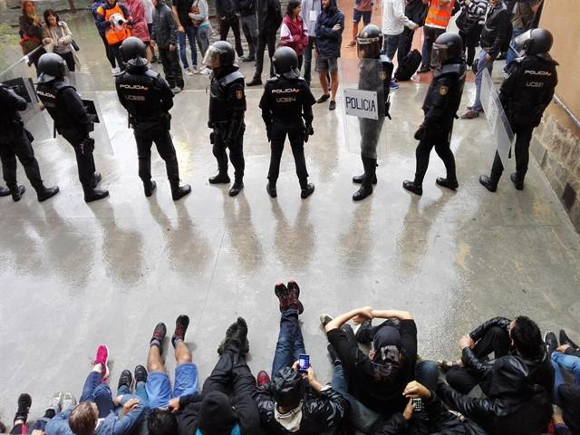 Policia Nacional a una escola durant l'1-O. | ACN