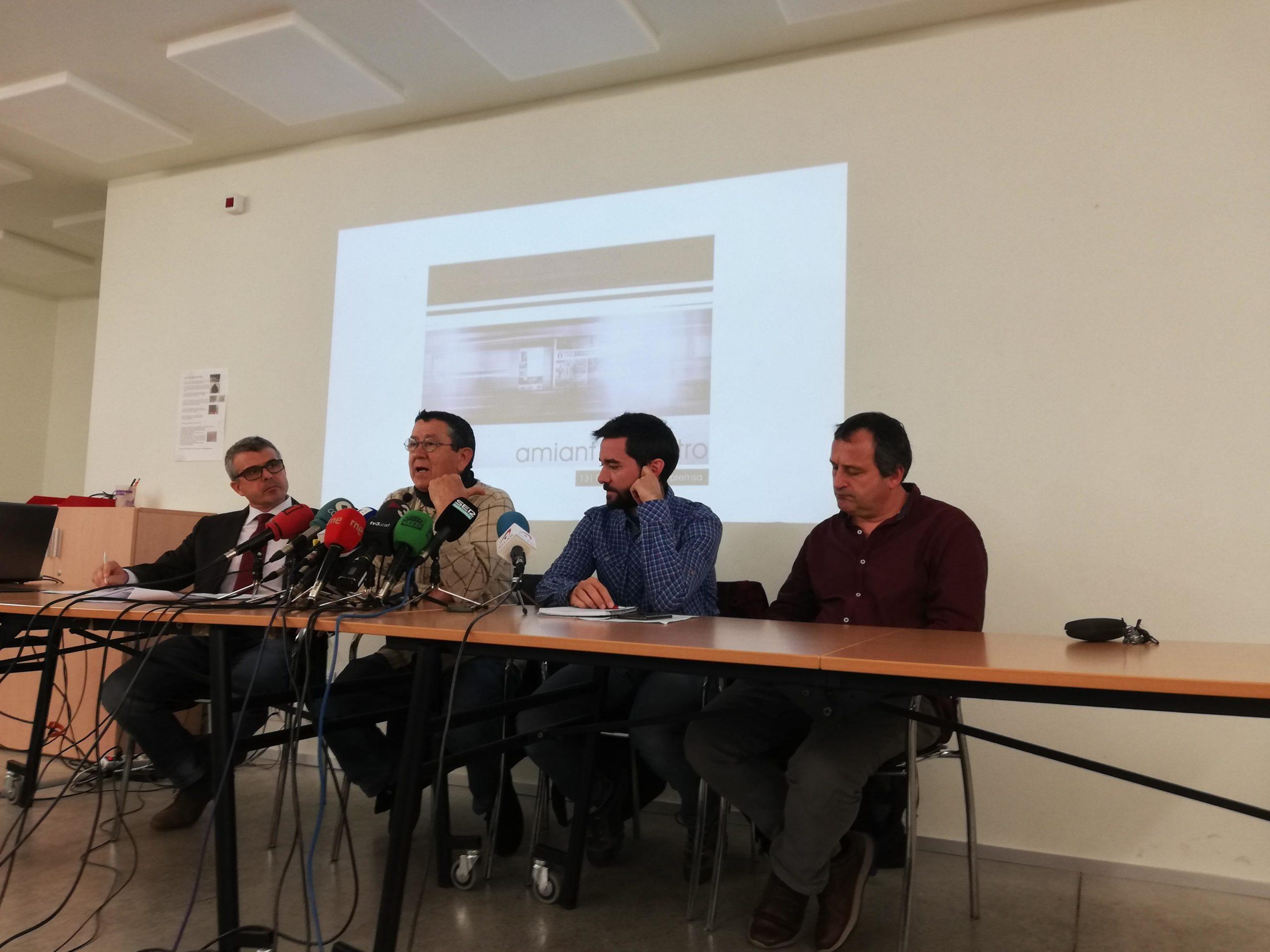 Rafael Rubio acompanyat de membres del comitè d'empresa i de l'advocat del Col·lectiu Ronda, 13 de març.   A. L.