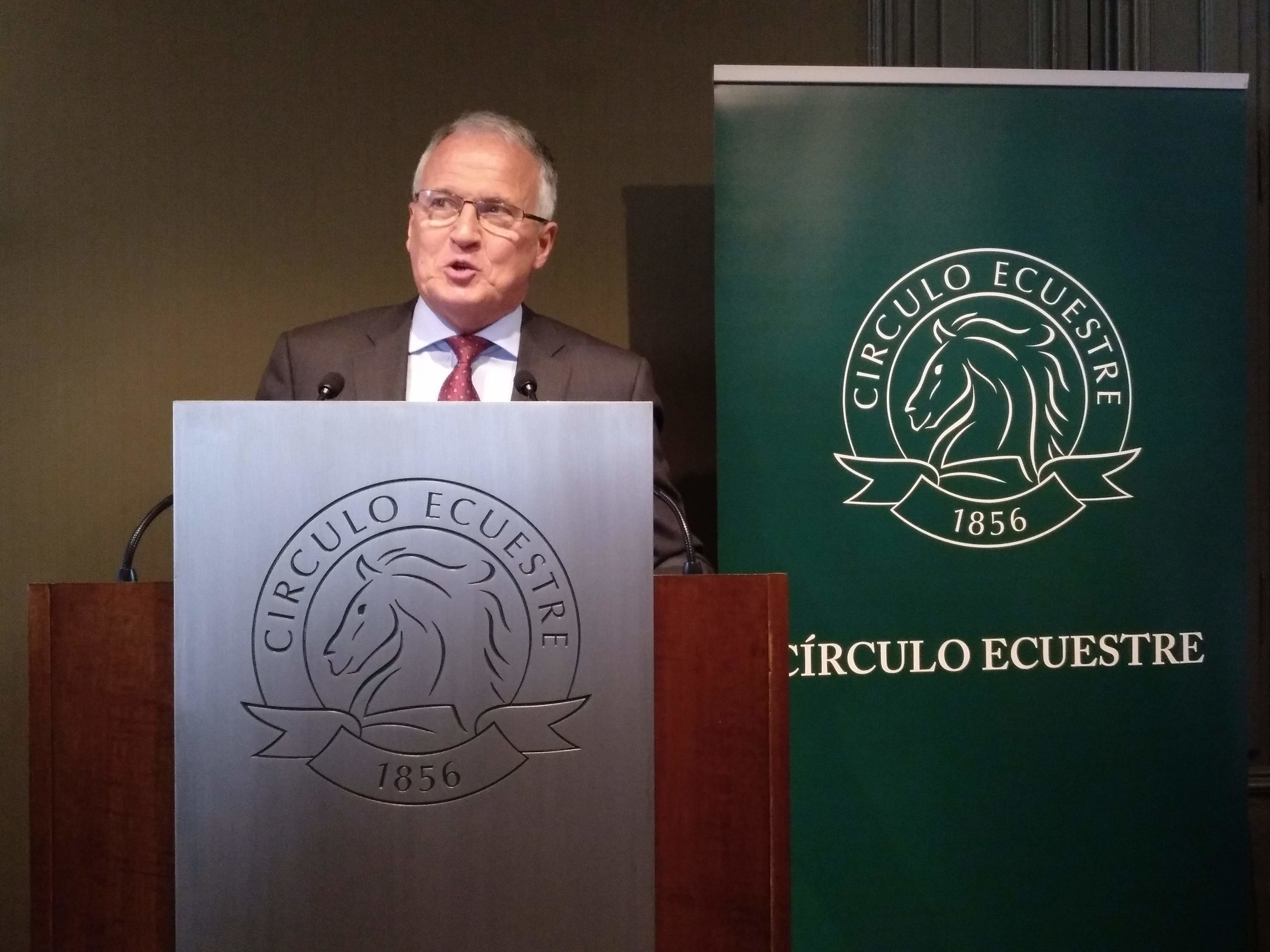 Josep Bou, durant una conferència al Círculo Ecuestre / Meritxell M. Pauné