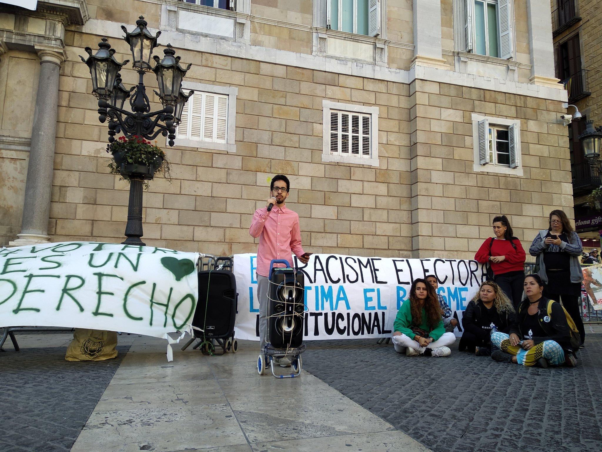 Un jove durant la protesta de la concentració 'Votar és un dret'. / @TanquemElsCIE