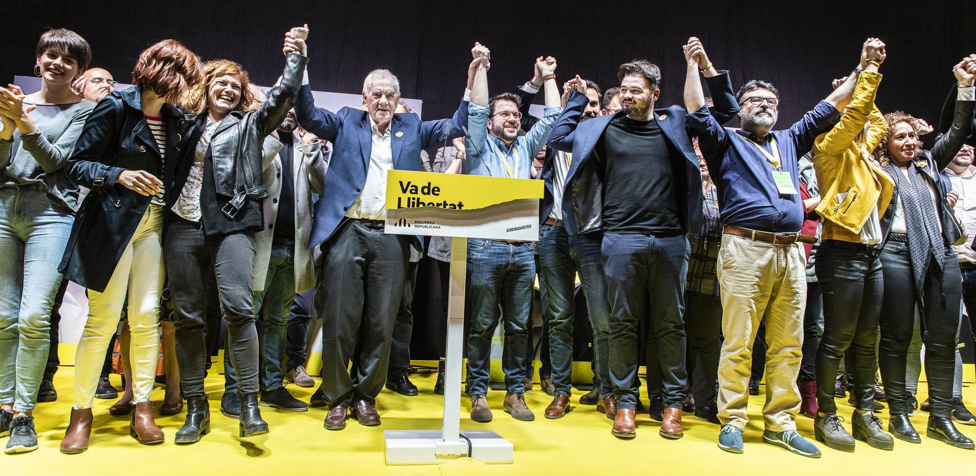 Ernest Maragall, alcaldable per ERC, celebrant la victòria del seu partit en les eleccions estatals del 28-A, amb el número 2 de Junqueras, Gabriel Rufián, i altres companys / Jordi Borràs