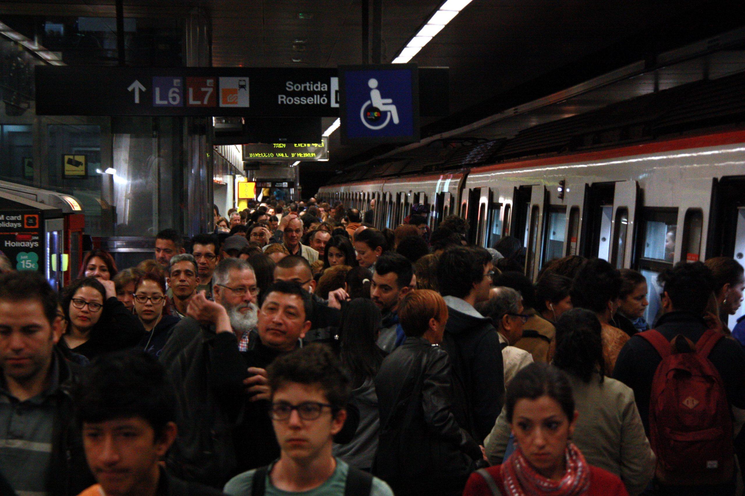 Viatgers en hora punta al metro.   ACN
