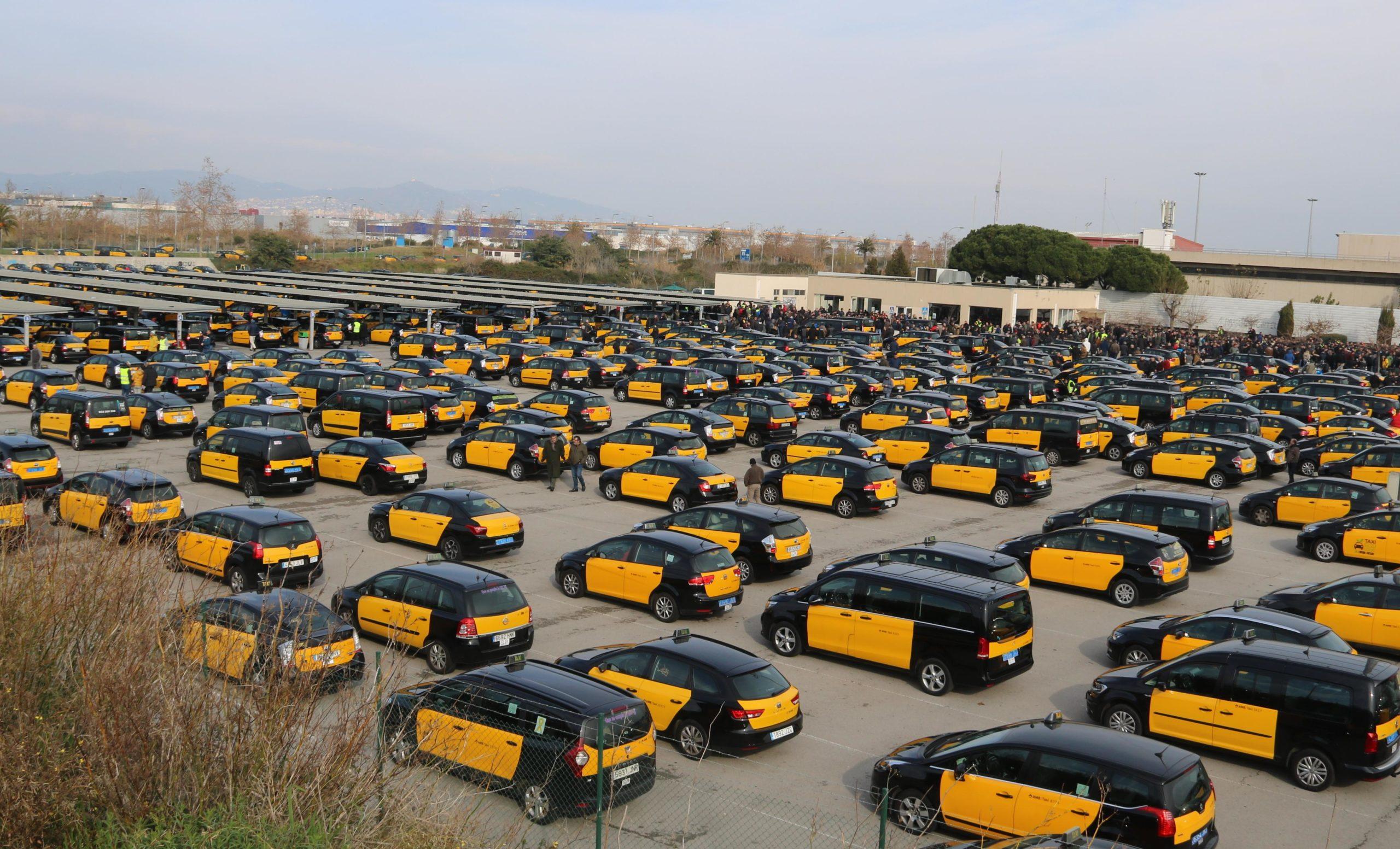 Desenes de taxis estacionats a la zona d'espera de la T2 de l'Aeroport de Barcelona-El Prat / ACN