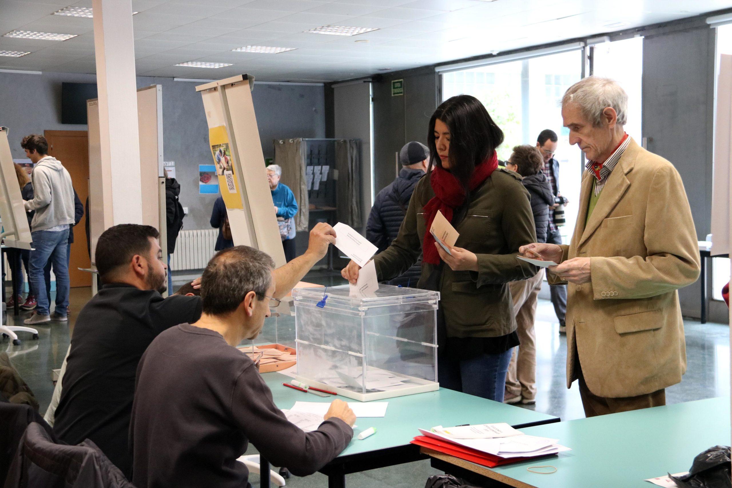 Un jubilat esperant a votar el 28A / ACN (Aina Martí)