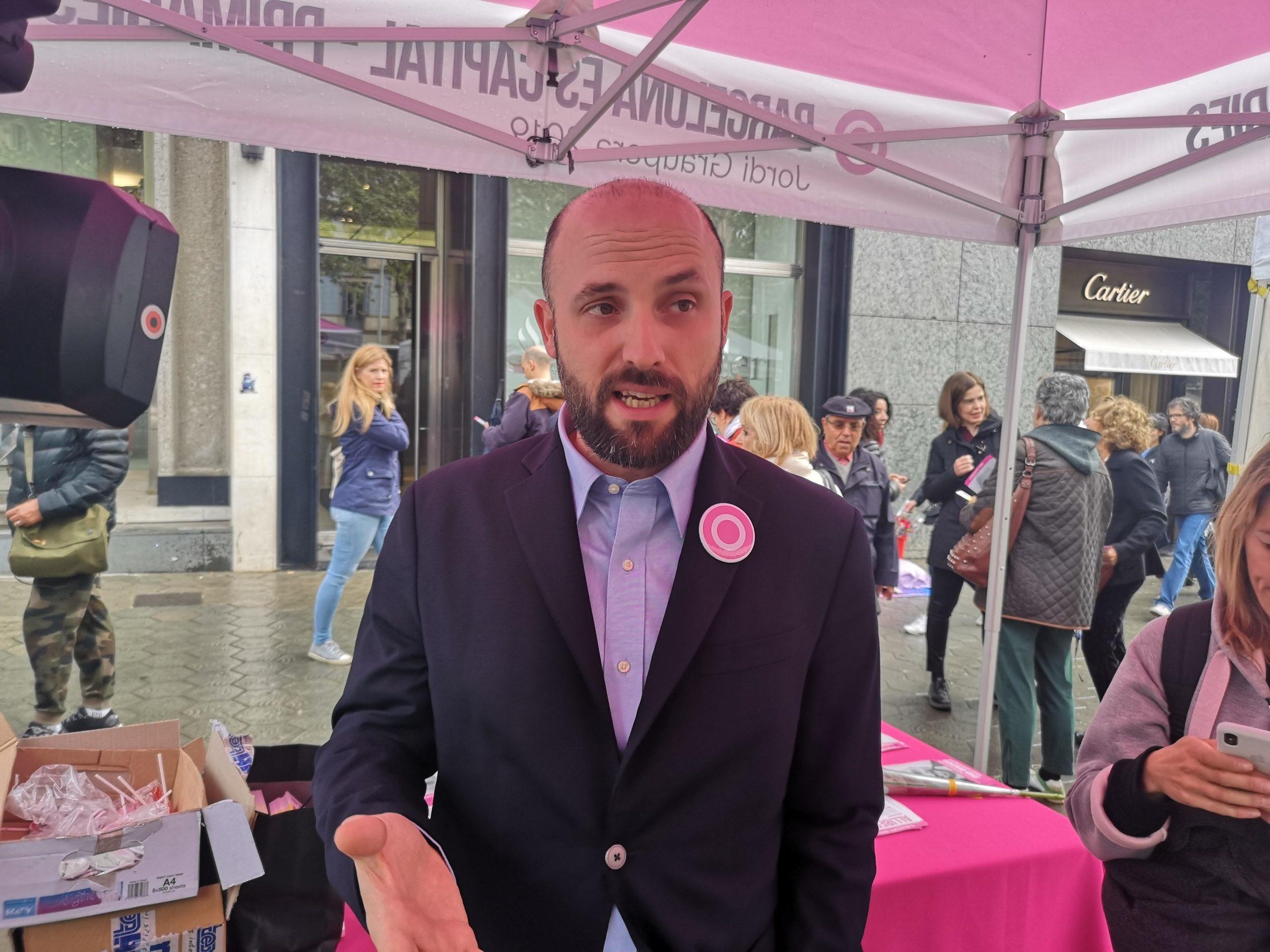 Jorid Graupera, candidat de Barcelona És Capital, en l'estand de Sant Jordi de la candidatura / David Cobo