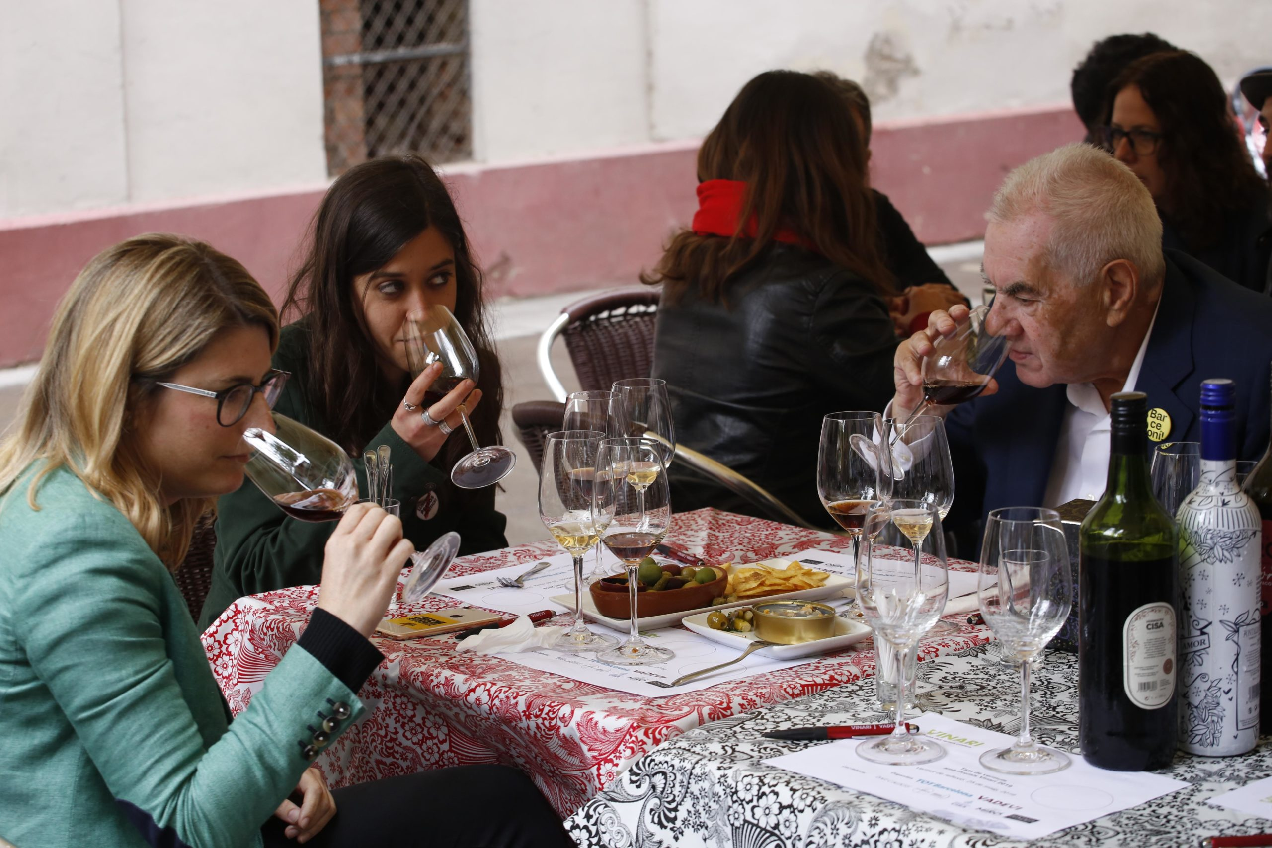 Els candidats tasten el segon dels vermuts premiats / Cristóbal Castro