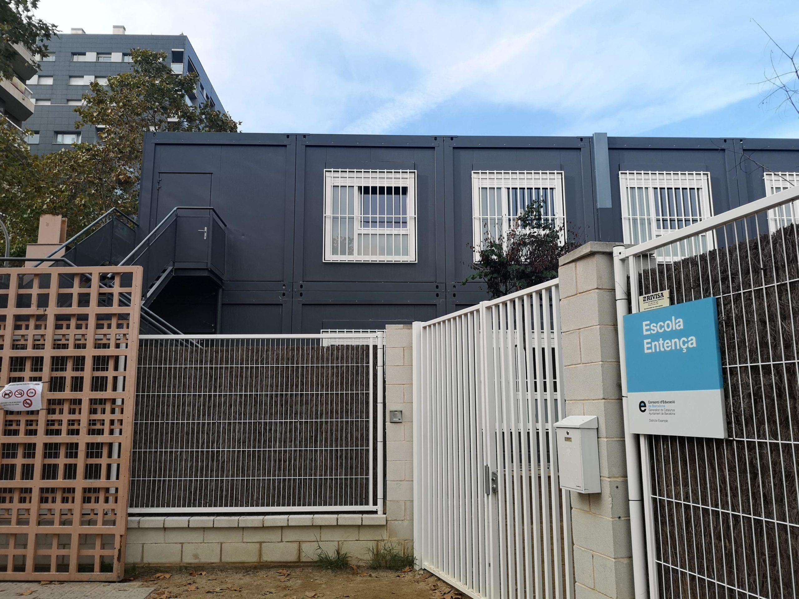 Des de l'entrada de l'Escola Entença es poden veure les dues plantes de barracons que formen el centre / D.C.