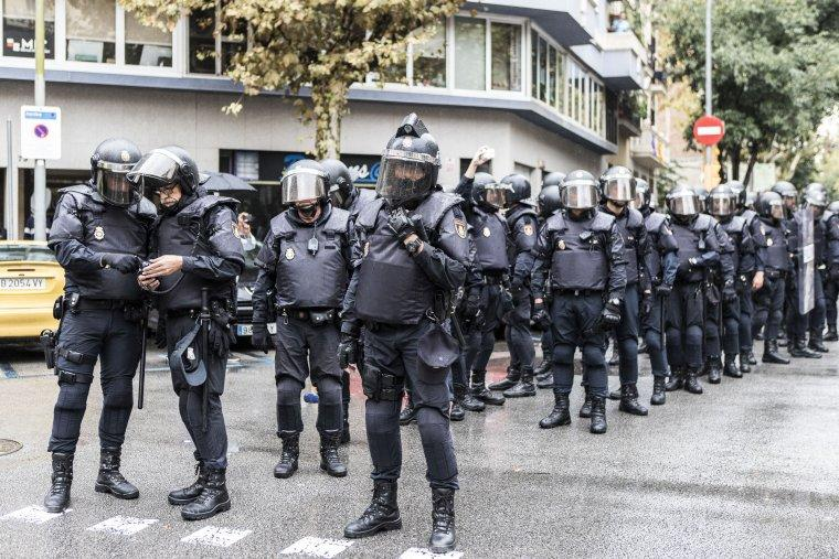 Imatge d'arxiu de policia a punt de carregar l'1-O del 2017 a Barcelona / Jordi Borràs