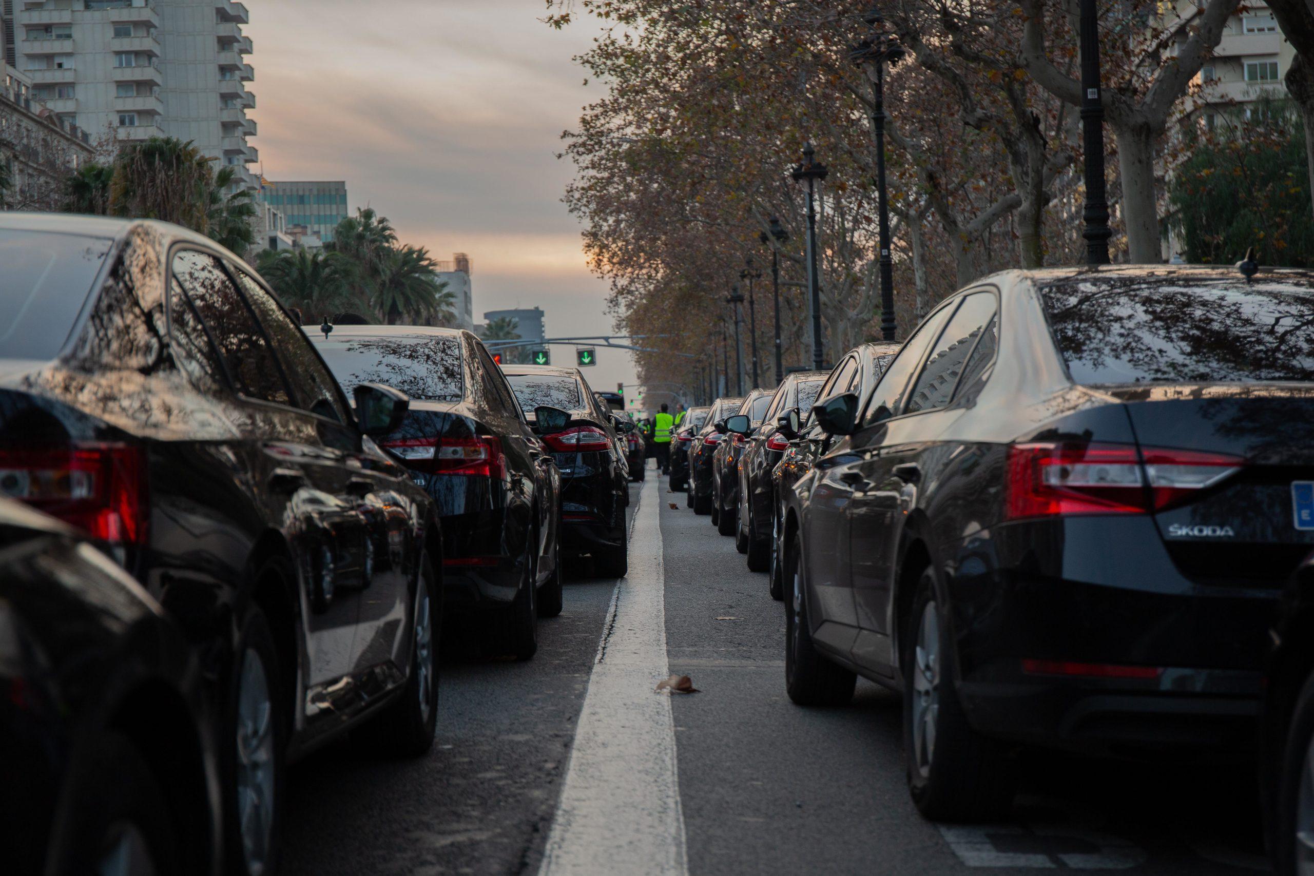 Cotxes de VTC aparcats a la Diagonal / Europa Press