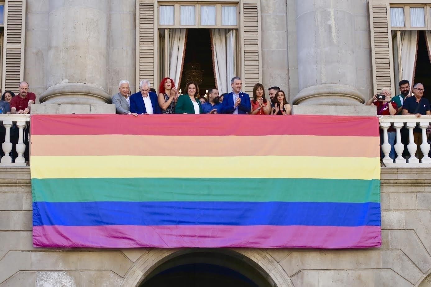 La bandera LGTBI a la façana de l'Ajuntament de Barcelona / Europa Press