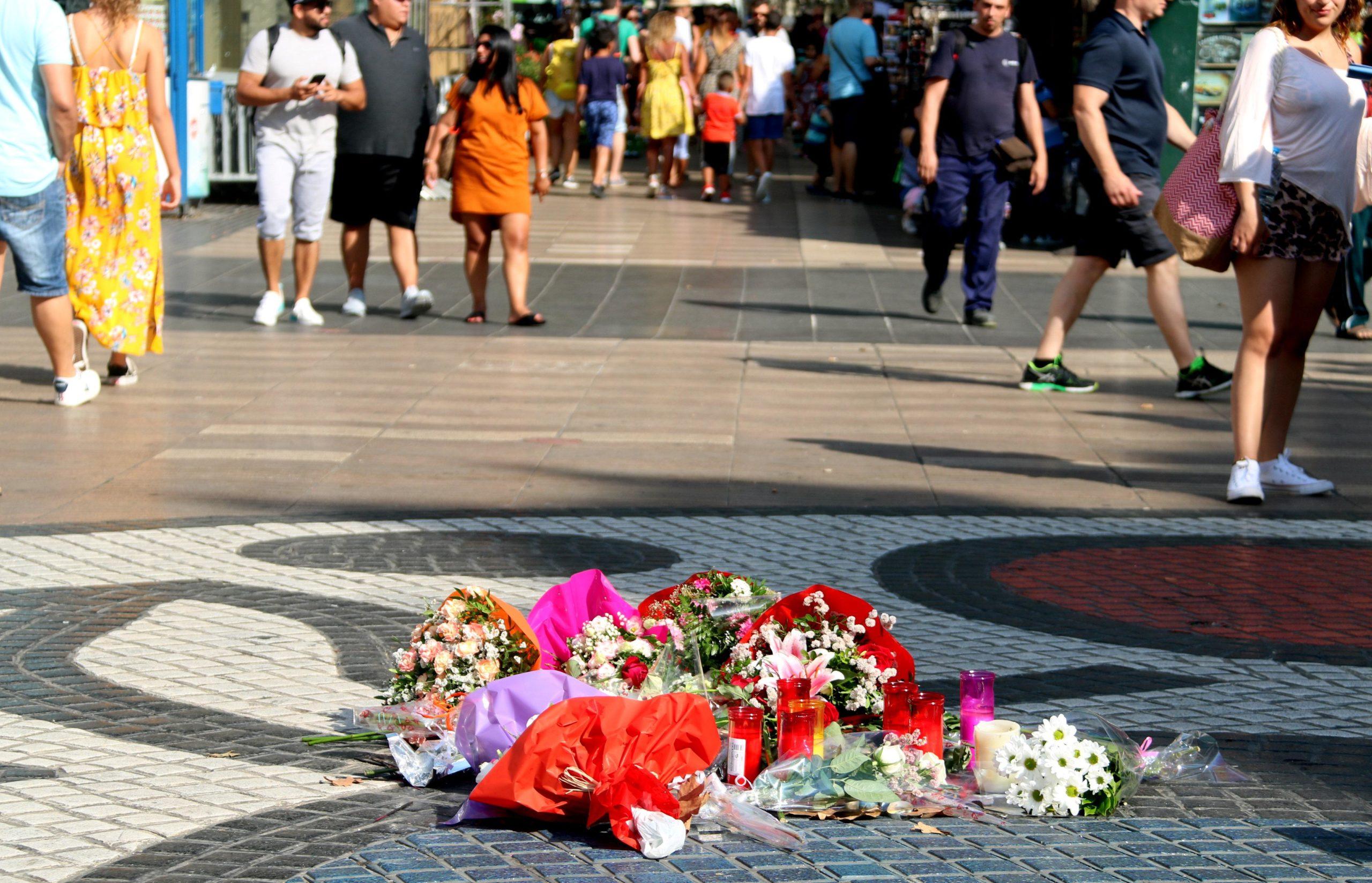 Ofrena floral a les víctimes de l'atemptat del 17-A al pla de l'Os, a la Rambla / ACN