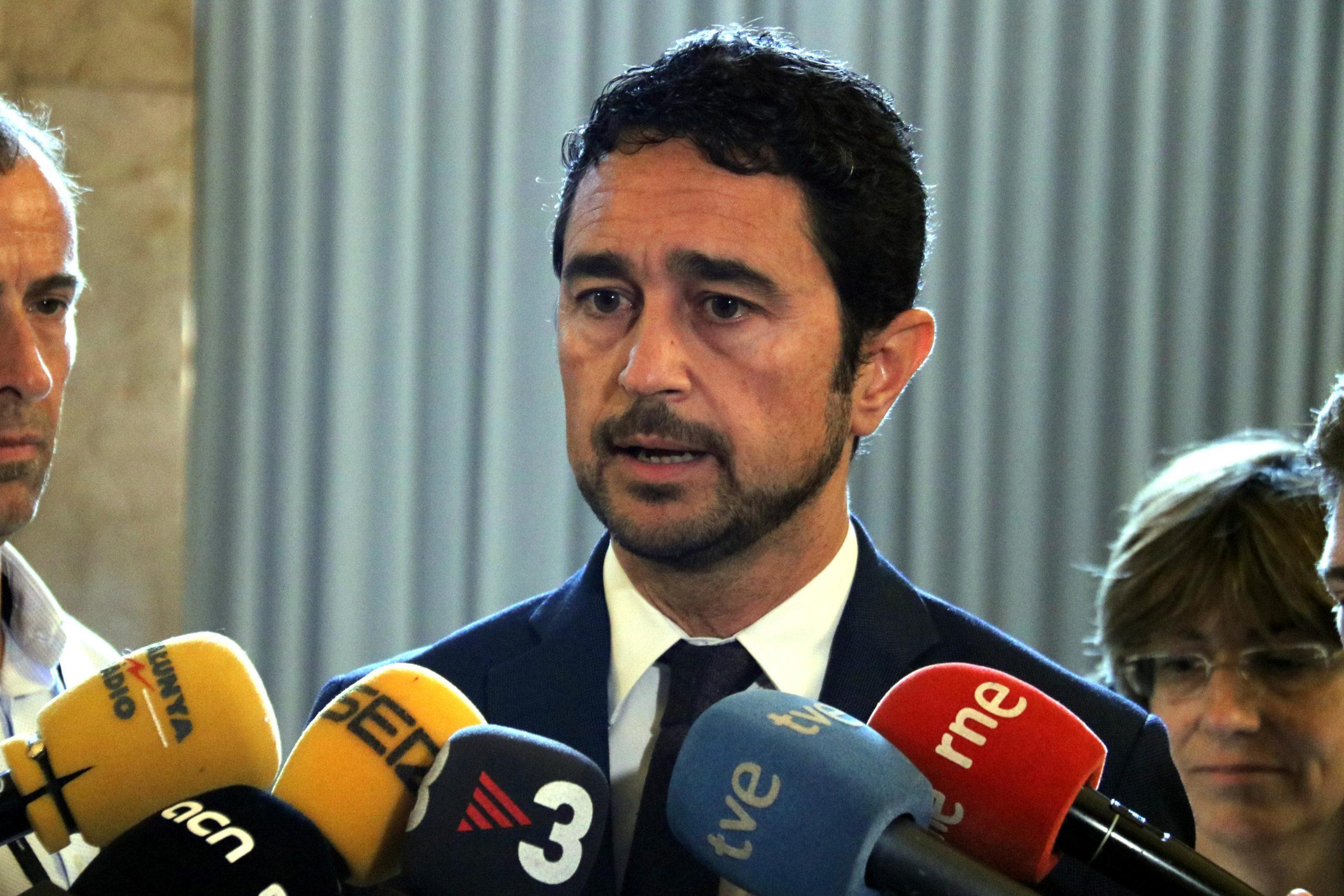 El conseller de Territori i Sostenibilitat, Damià Calvet, atenen la premsa al Parlament / ACN