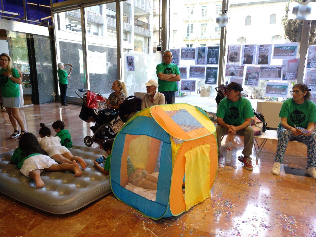 L'acampada de la PAH al vestíbul de l'Ajuntament de Barcelona / M.M.P.