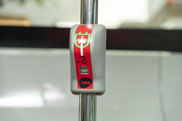 Carregador en un autobús elèctric articulat | Miguel Ángel Cuartero / TMB