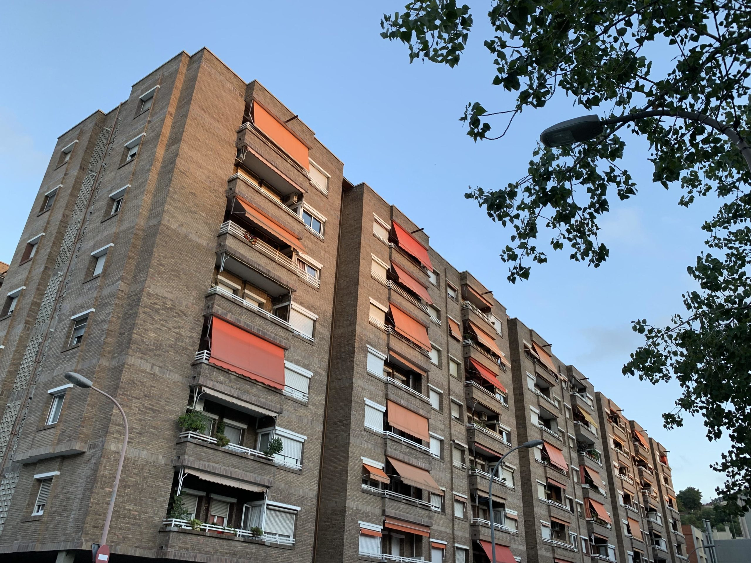 Pisos de Barcelona, amb tendals als balcons, un dels elements que poden fer desistir els lladres escaladors / S.B.