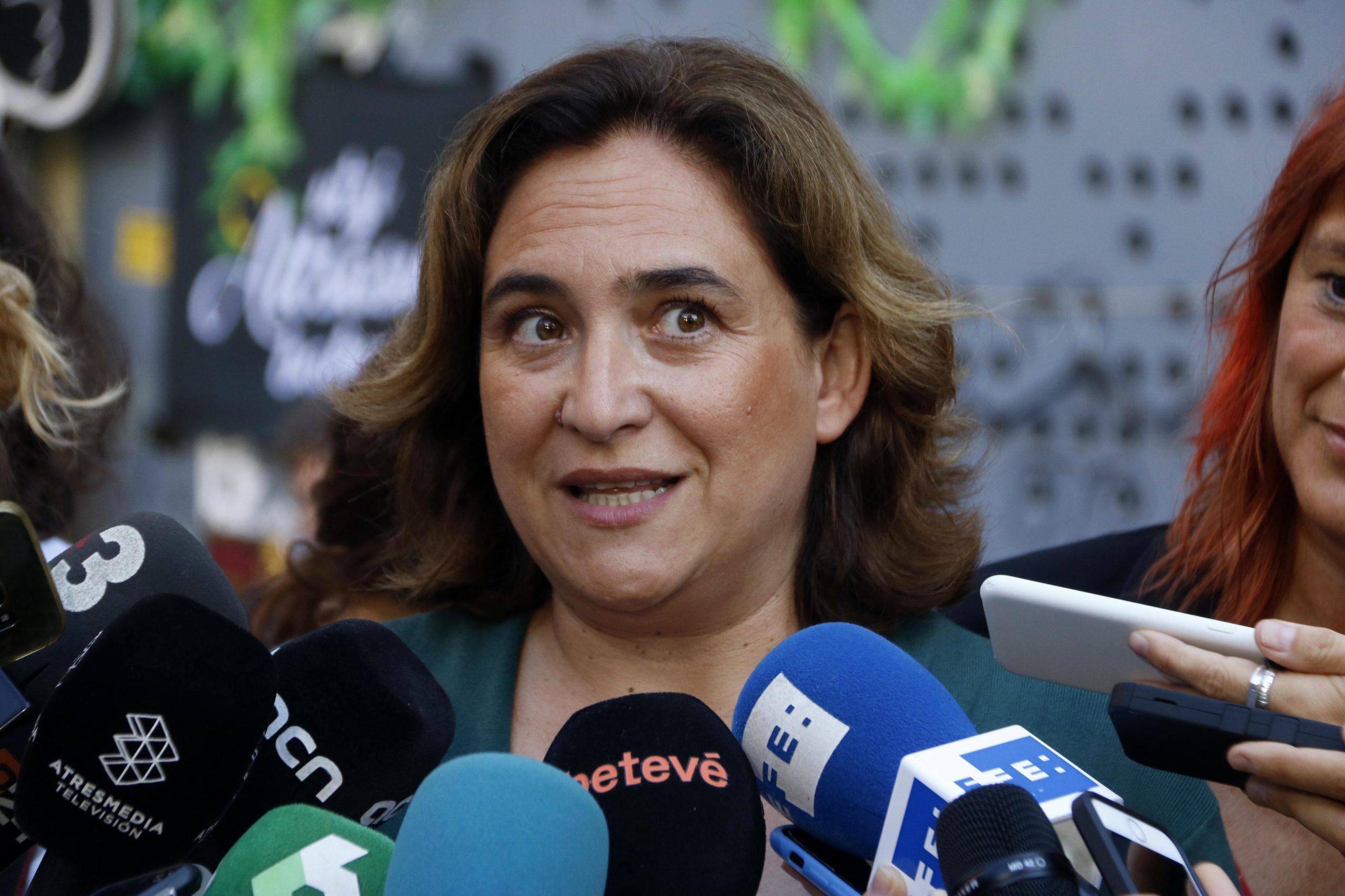 Ada Colau atén els mitjans de comunicació a les festes de Gràcia / ACN