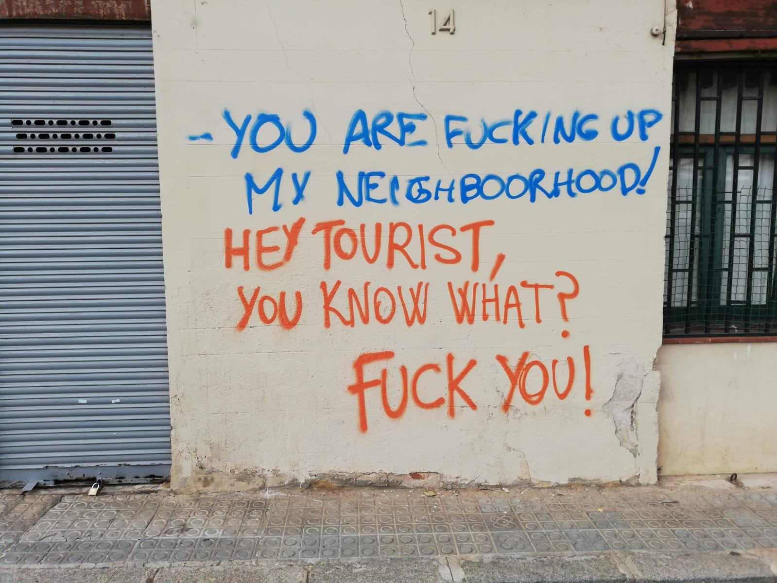 Pintada contra els turistes a Vallcarca / X.F.