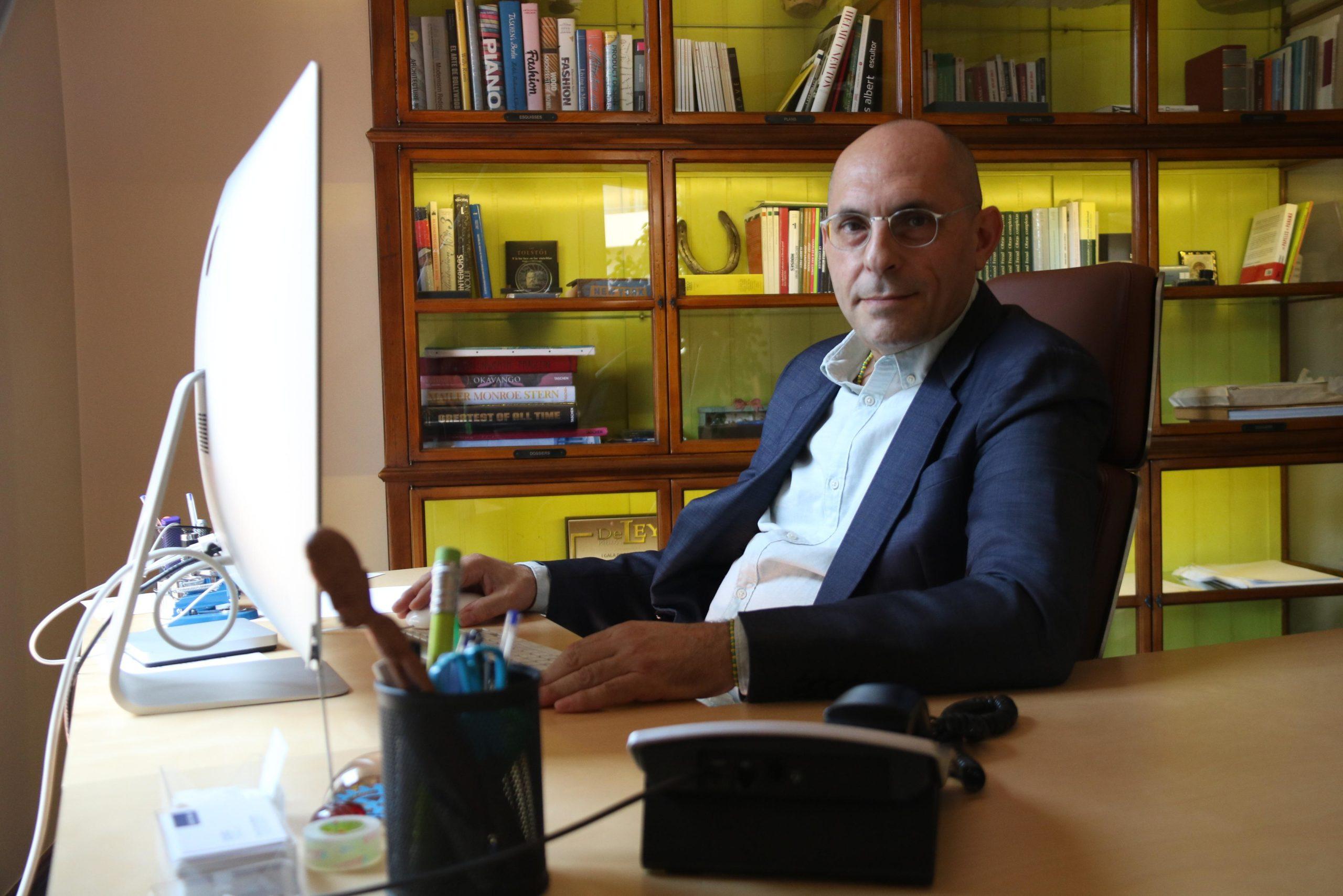 L'exjutge Elpidio José Silva, advocat dels taxistes, al seu despatx / ACN