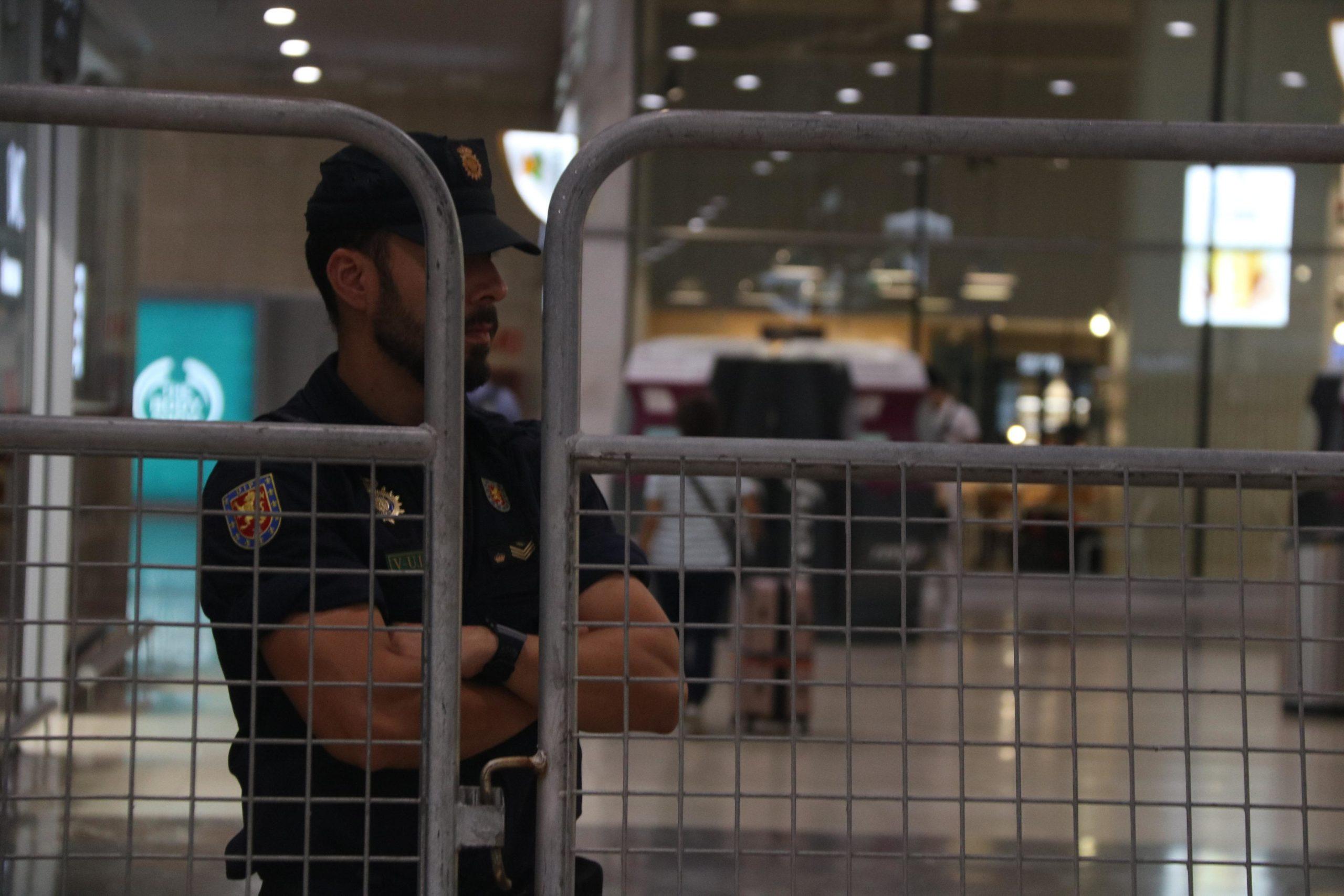 Un agent de la Policia Nacional a l'estació de Sants | ACN