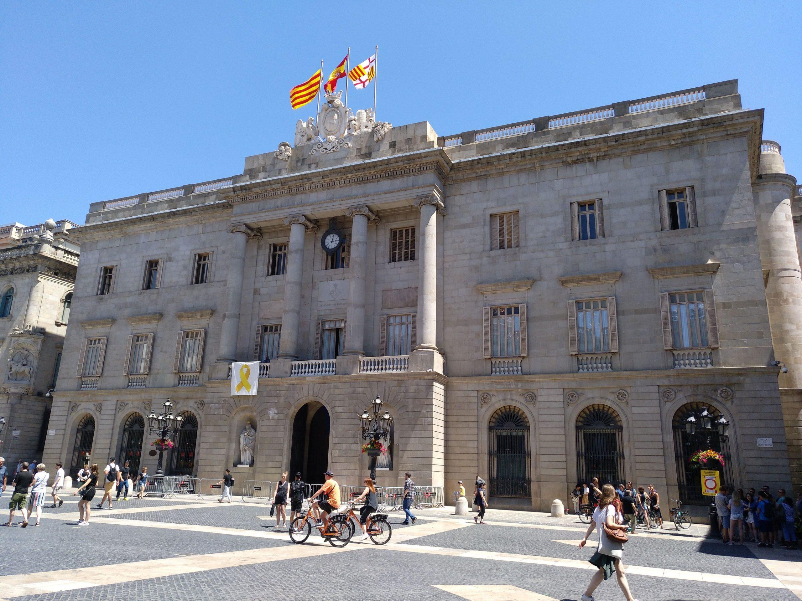 Façana de l'Ajuntament de Barcelona amb el llaç groc / MMP