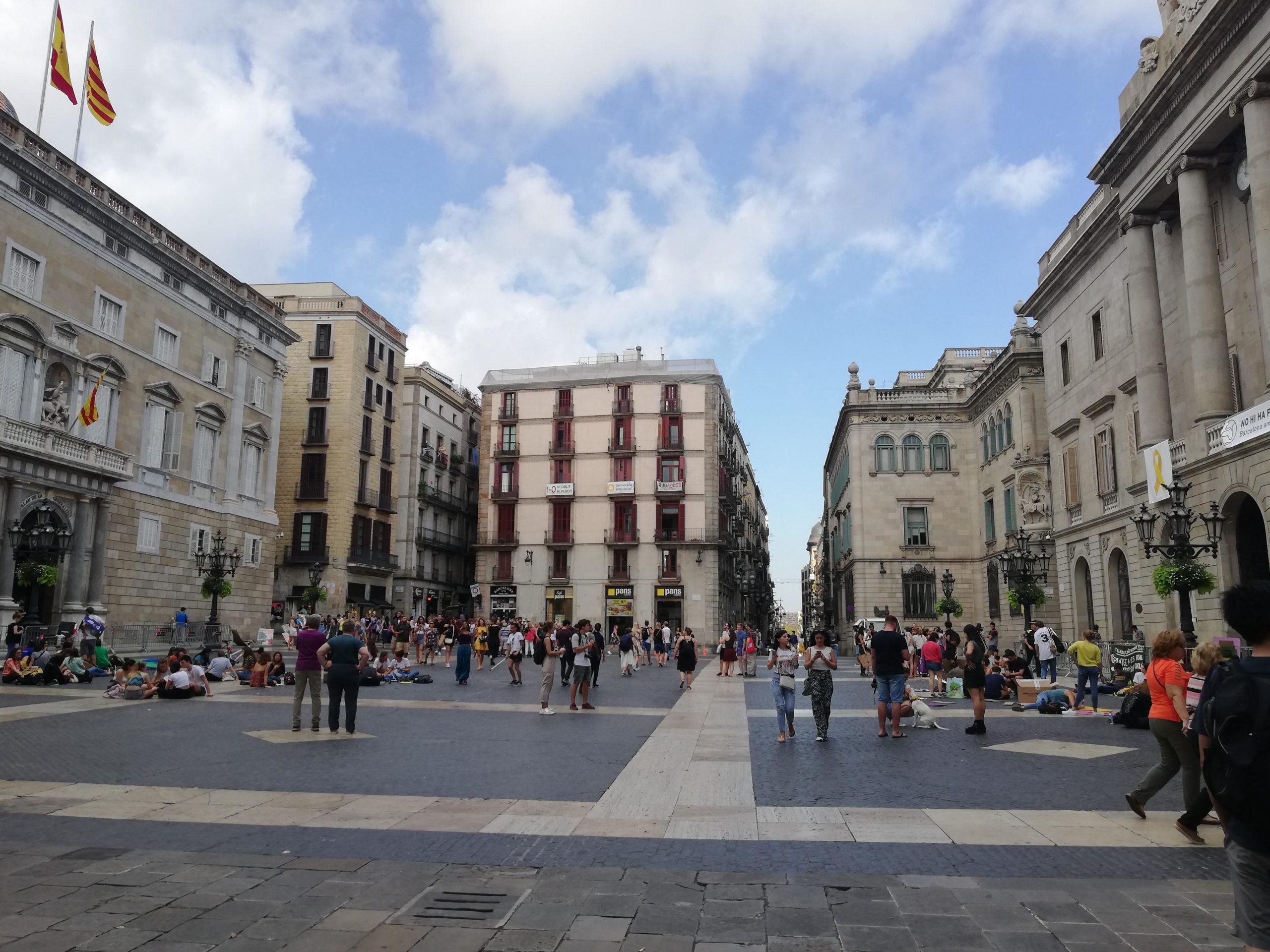 La plaça Sant Jaume amb la façana de la Generalitat sense llaç groc i el símbol dels presos polítics que encara es conserva a l'Ajuntament / A.L.