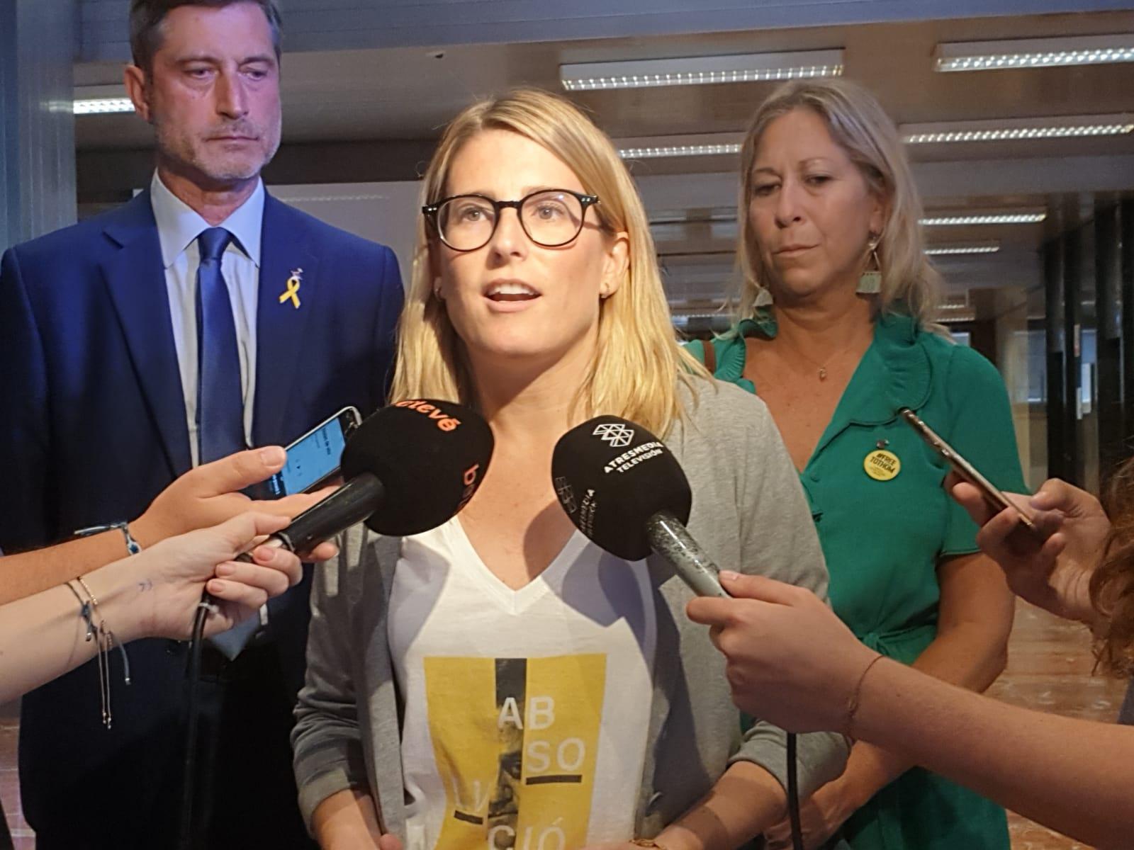 Elsa Artadi, al vestíbul de l'Ajuntament, valorant el fet que Manuela Carmena faci el pregó de la Mercè / JxCat
