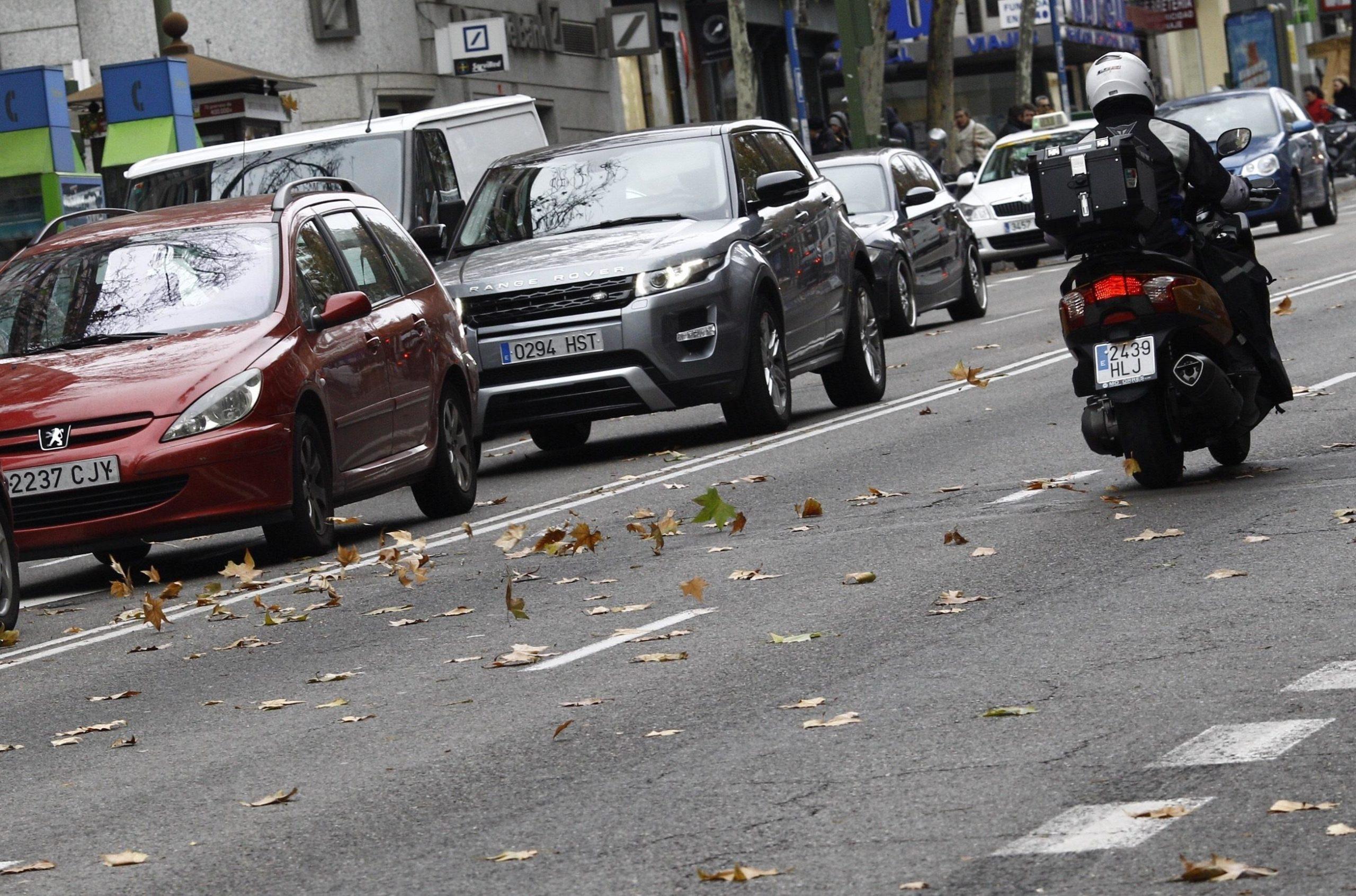 Foto d'arxiu de cotxes i motos circulant a Barcelona / Europa Press