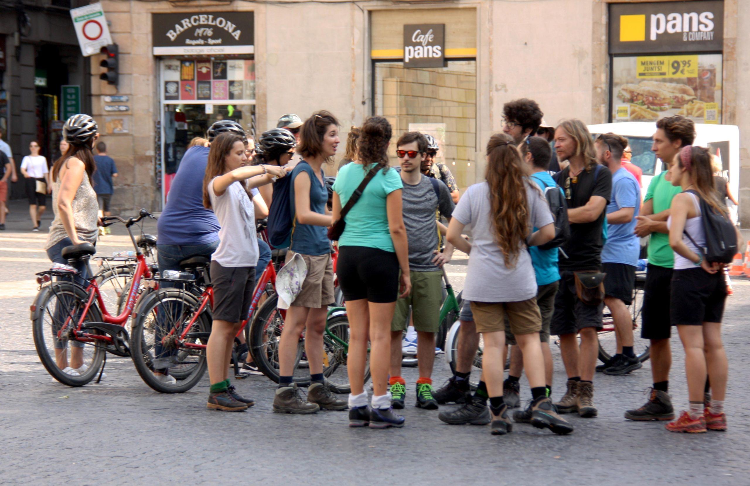 Un grup de turistes amb bicicletes a la Plaça Sant Jaume / ACN