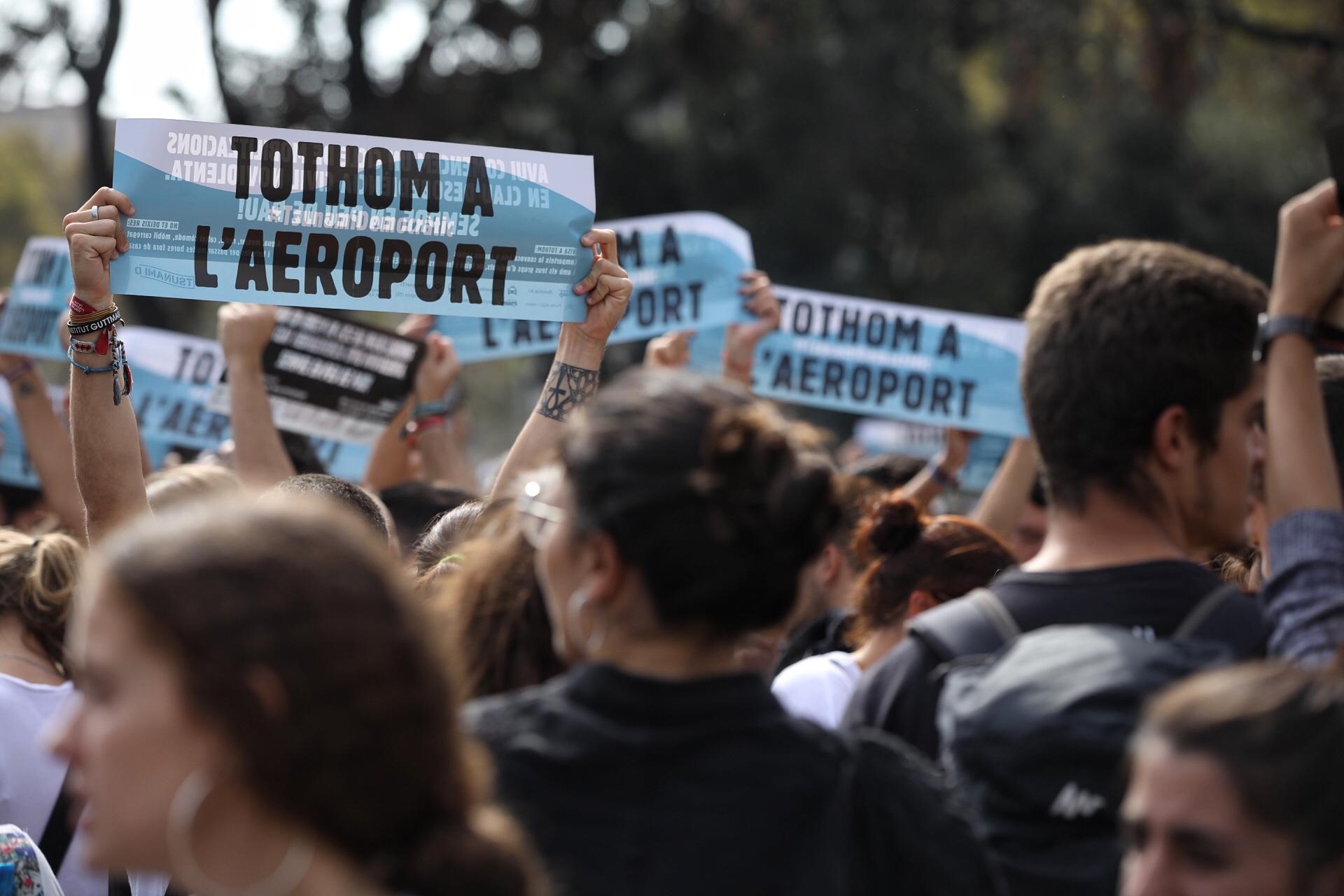 Pancarta que anuncia la protesta de Tsunami Democràtic a l'aeroport | Jordi Play