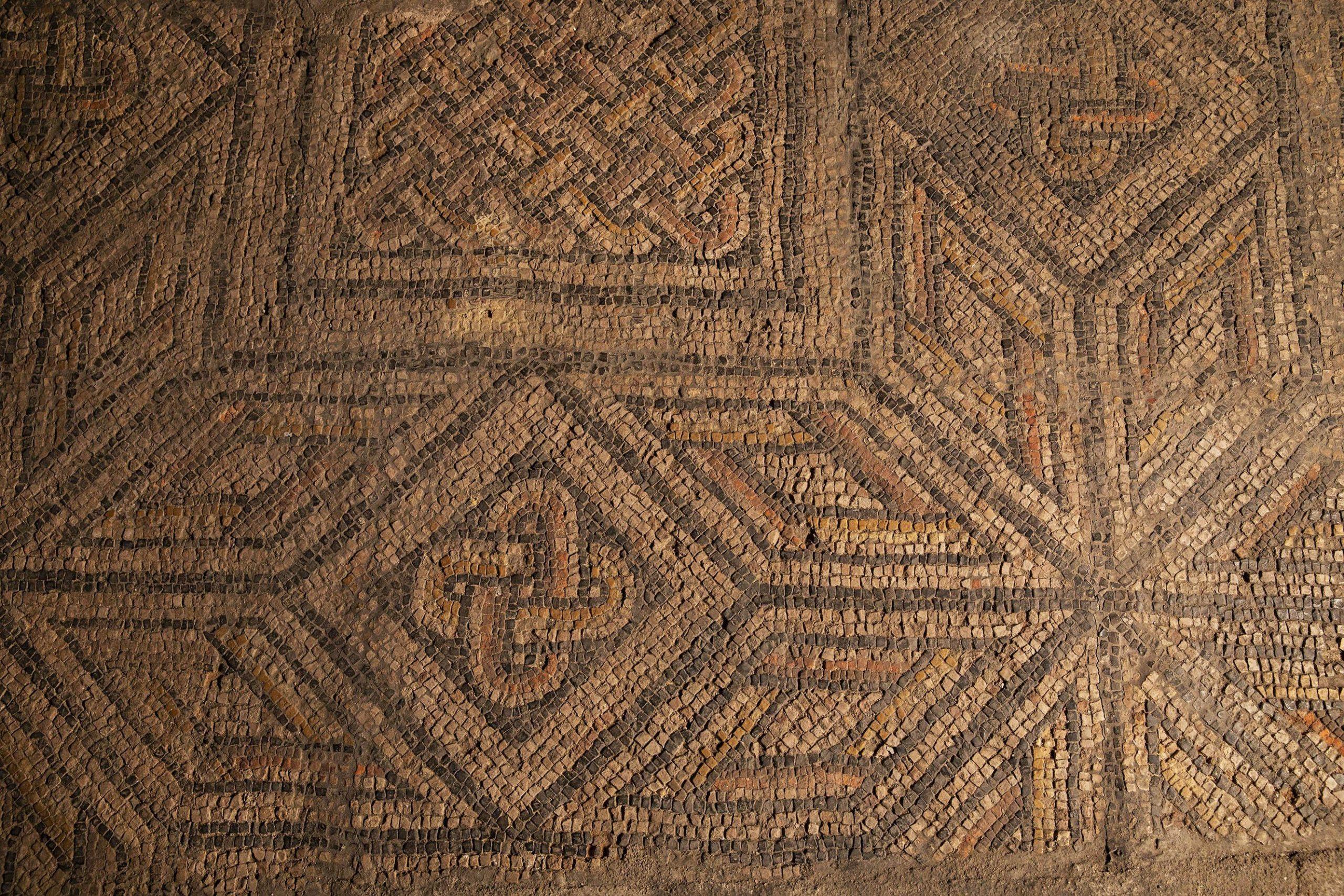 Un paviment de mosaic és la resta més destacada de la vil·la romana d'Antoni Maura / Jordi Play