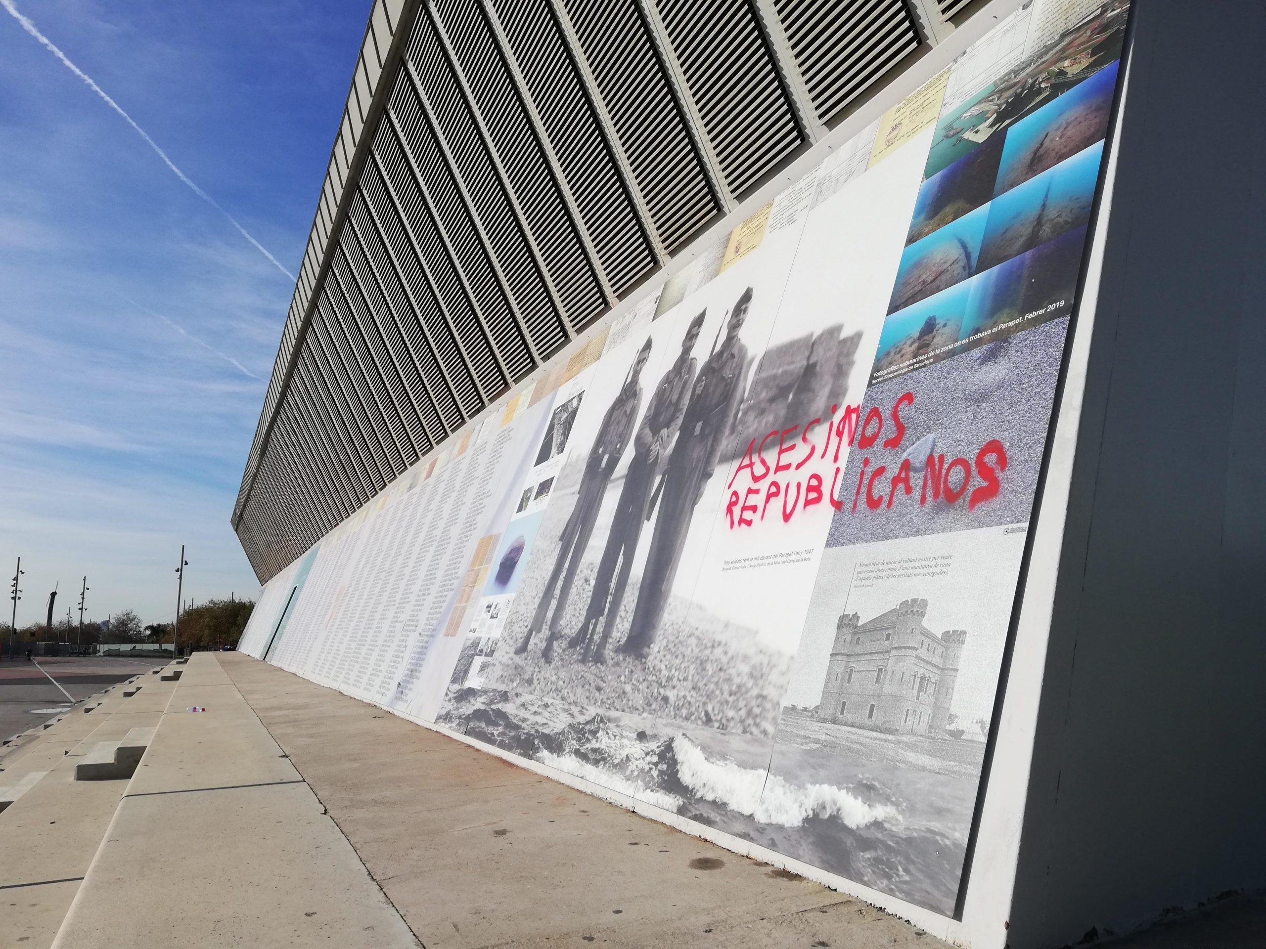 El mural en memòrica dels republicans executats del Fòrum, embrutat amb pintades feixistes / A.L.