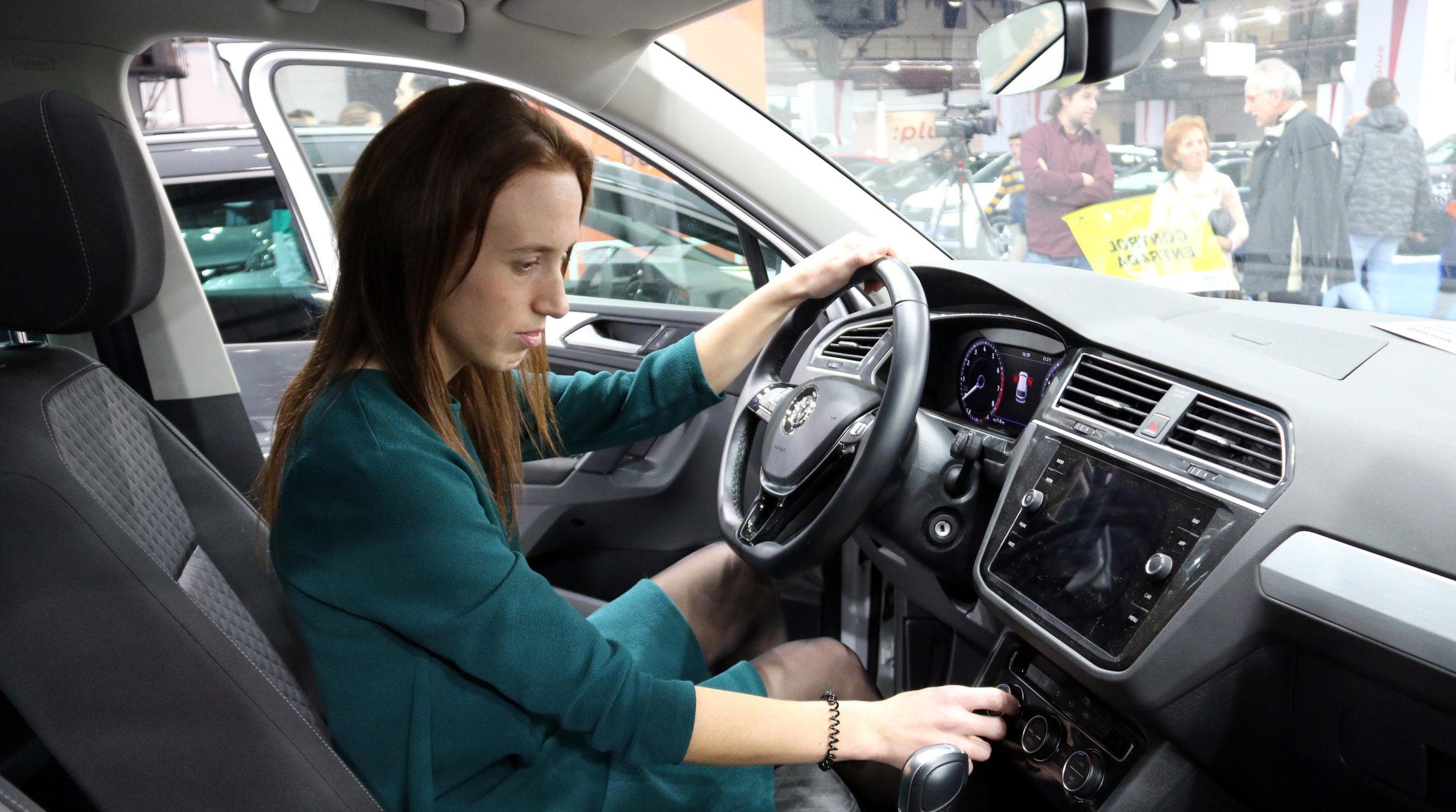 Una conductora i un vehicle al Saló d'Ocasió / ACN (Marta Casado Pla)
