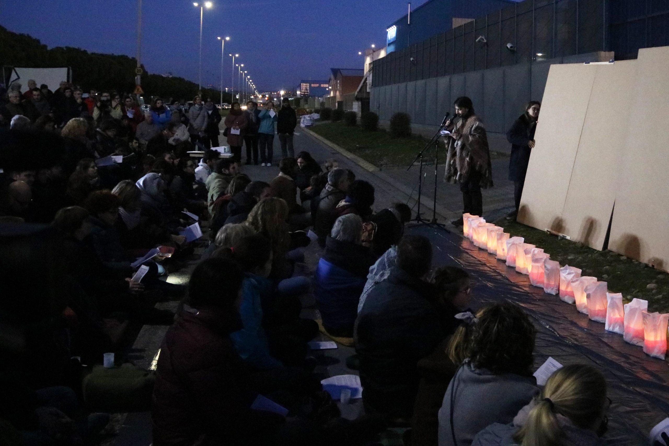 Pregària convocada per la Fundació Migra Studium davant del CIE de la Zona Franca / ACN - Aina Martí