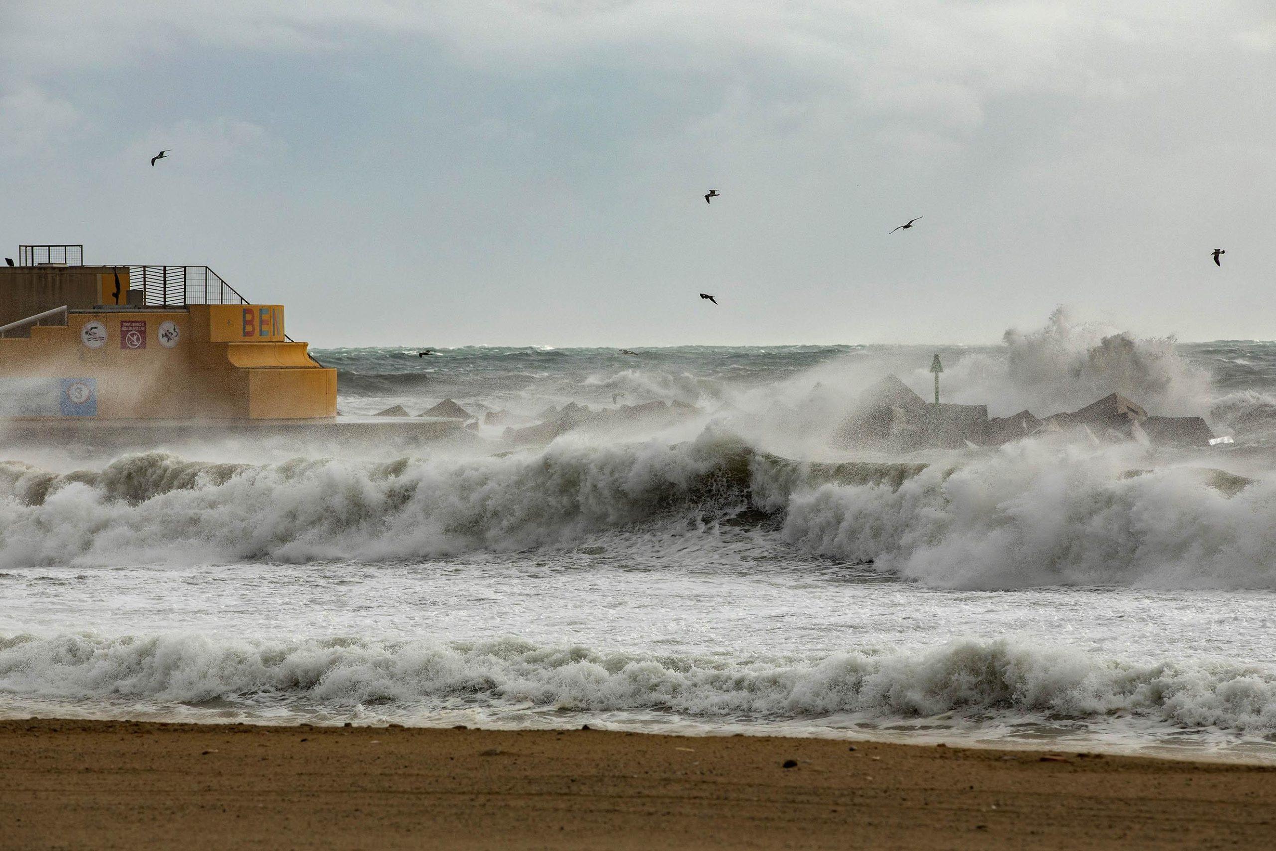 El mar, remogut, des de la sorra de la platja del Somorrostro / Jordi Play