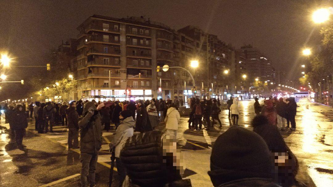 Manifestants del tall de la Meridiana, en el dia 100 de la protesta, sota la pluja del temporal Glòria / Meridiana Resisteix