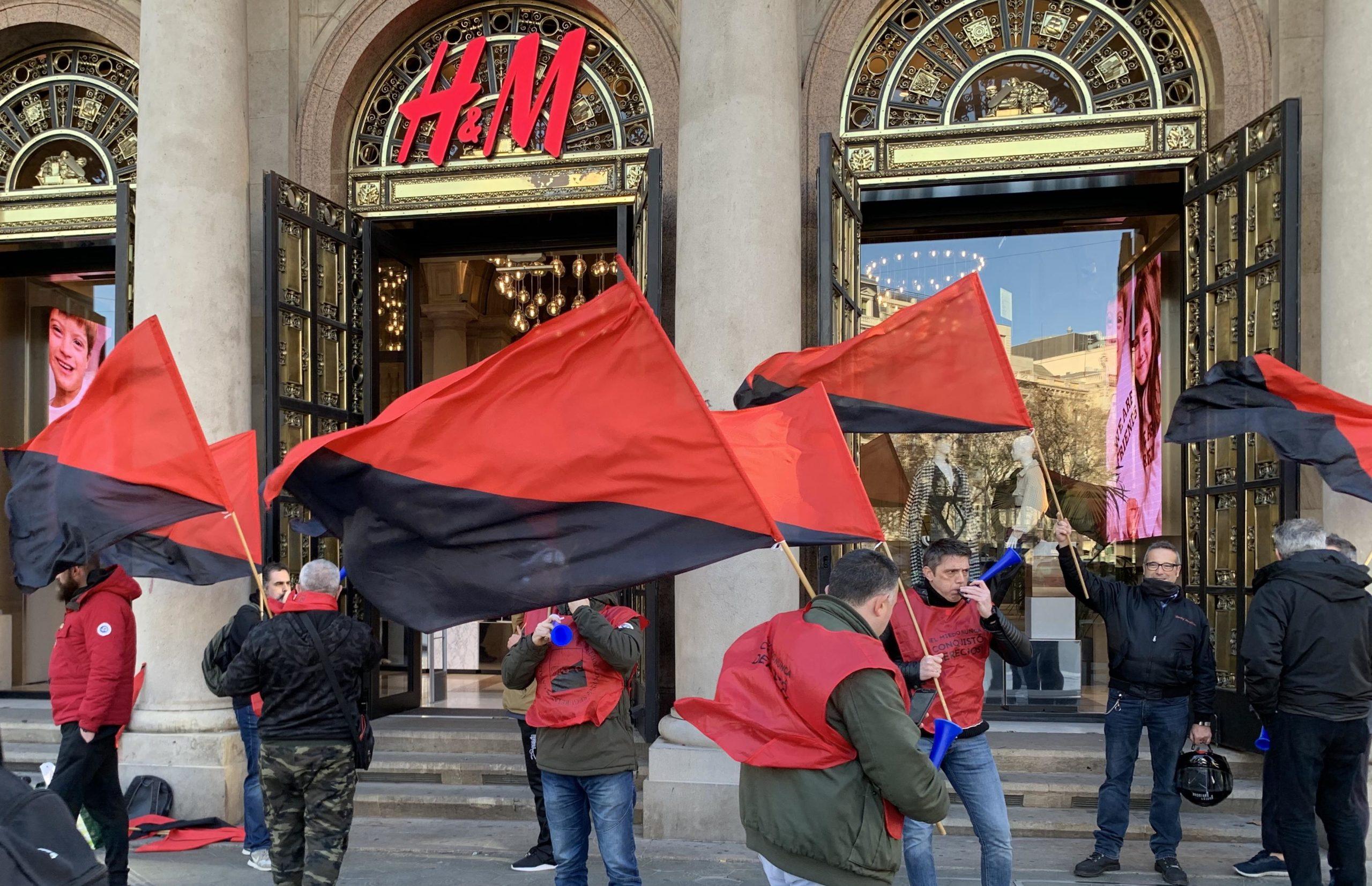 La protesta davant de les portes de l'H&M / S.B