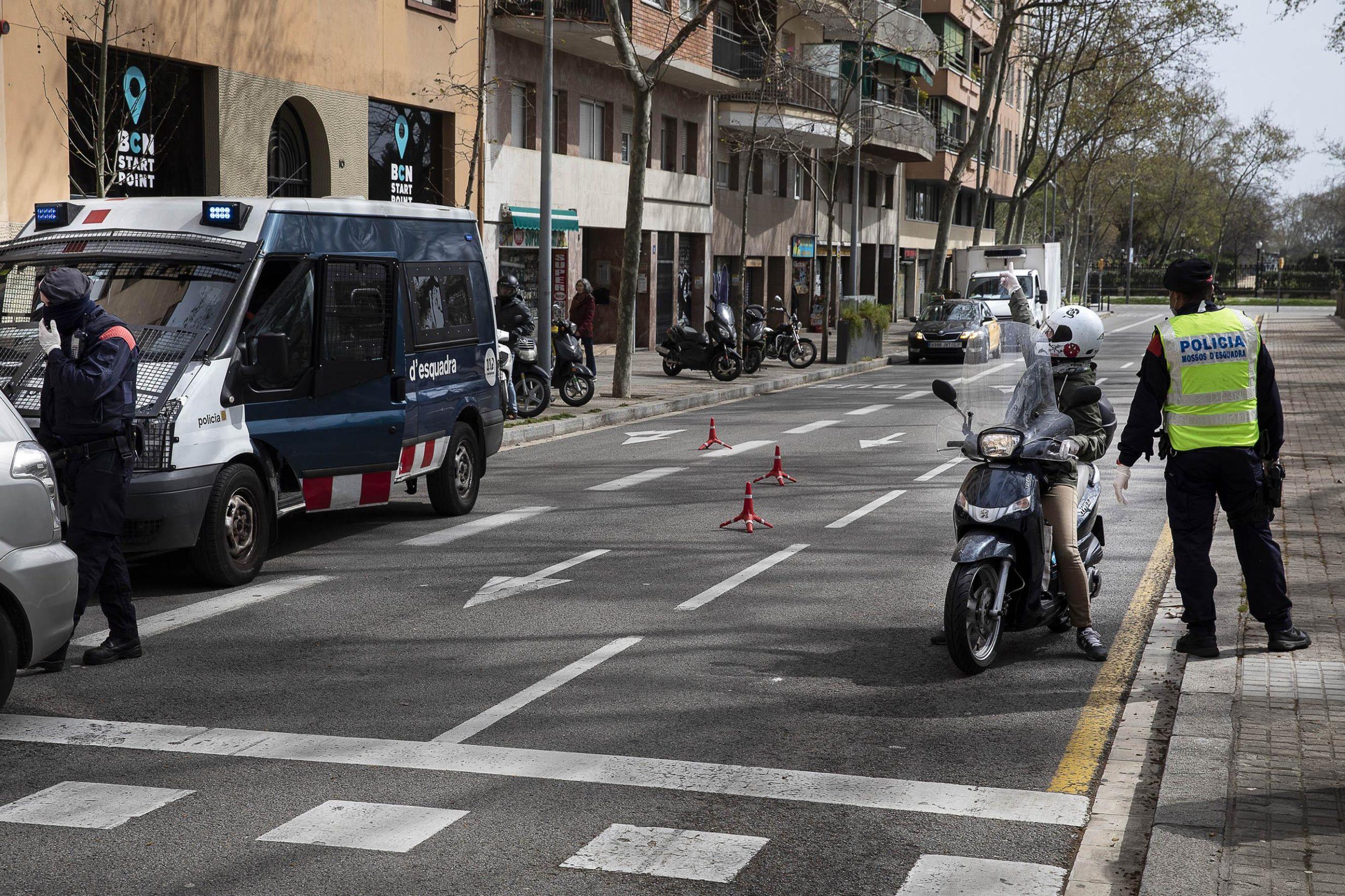 Un control dels Mossos d'Esquadra al passeig Lluís Companys, per detectar persones que se salten el confinament pel coronavirus / Jordi Play