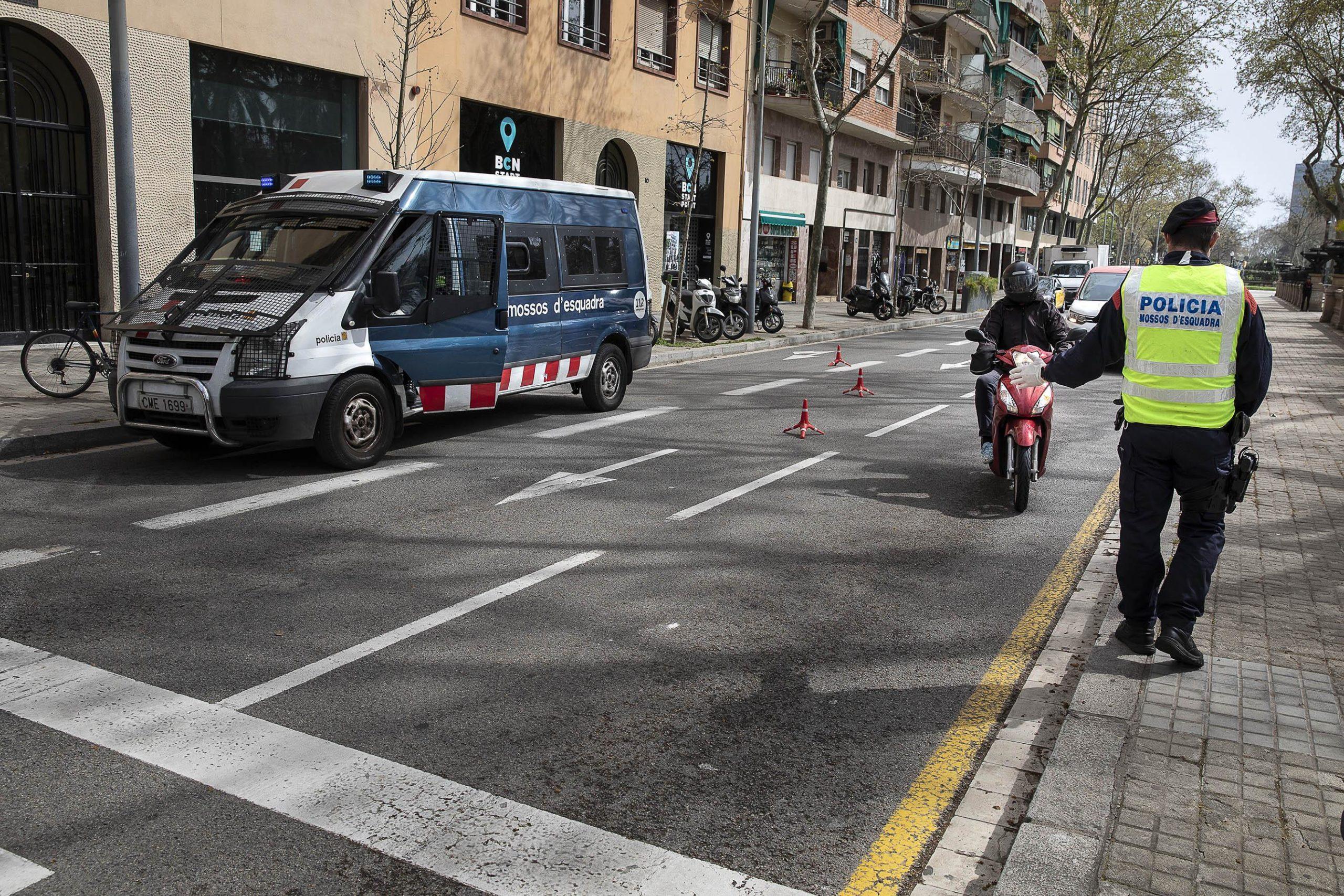 Control dels Mossos d'Esquadra al passeig Lluís Companys per detectar persones que se salten el confinament / Jordi Play