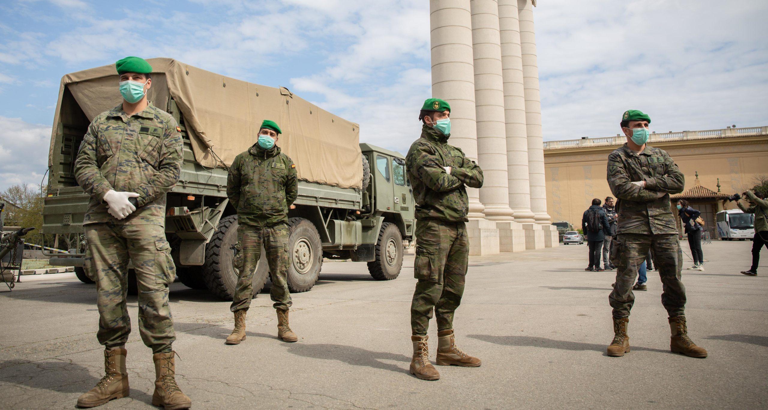 Militars de l'exèrcit espanyol al voltant del pavelló de la Fira que han preparat per a sensesostre / Europa Press (David Zorrakino)