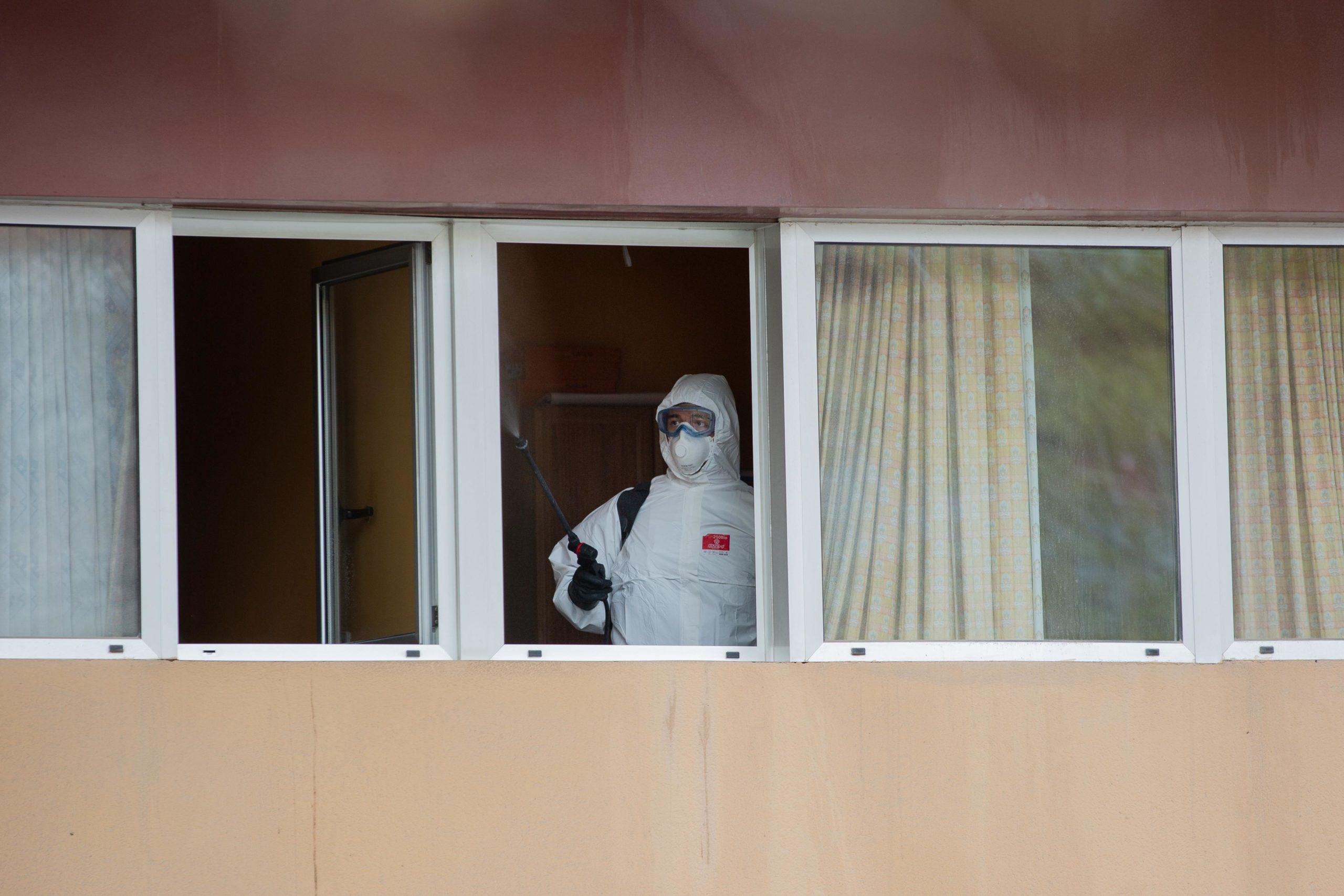 Un militar de la UME desinfecta finestres de la residència geriàtrica Marvi Park, del carrer Mallorca / Europa Press