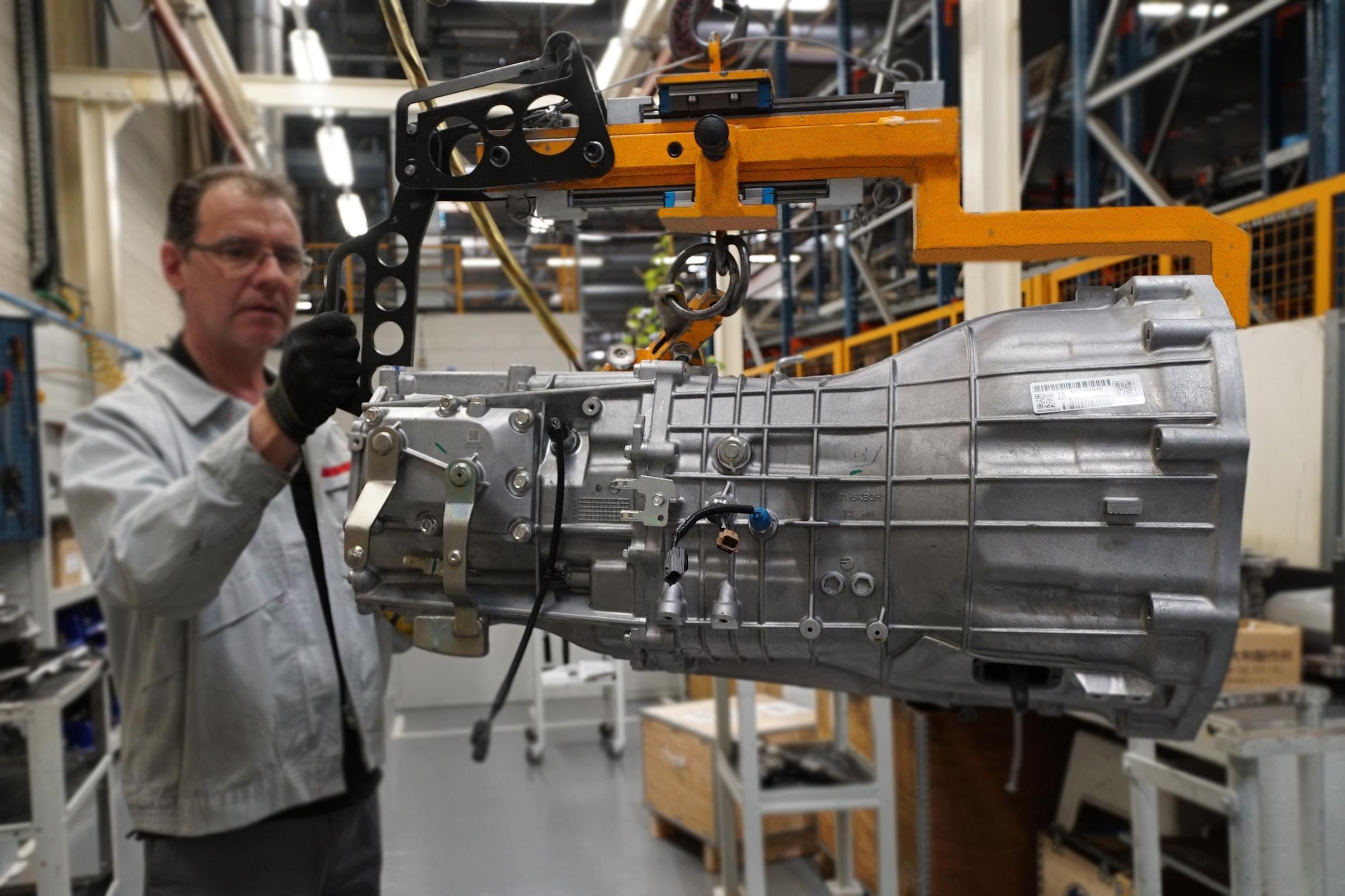 Un operari muntant una caixa de canvi a la planta Powertrain de Nissan a Barcelona / ACN (Àlex Recolons)