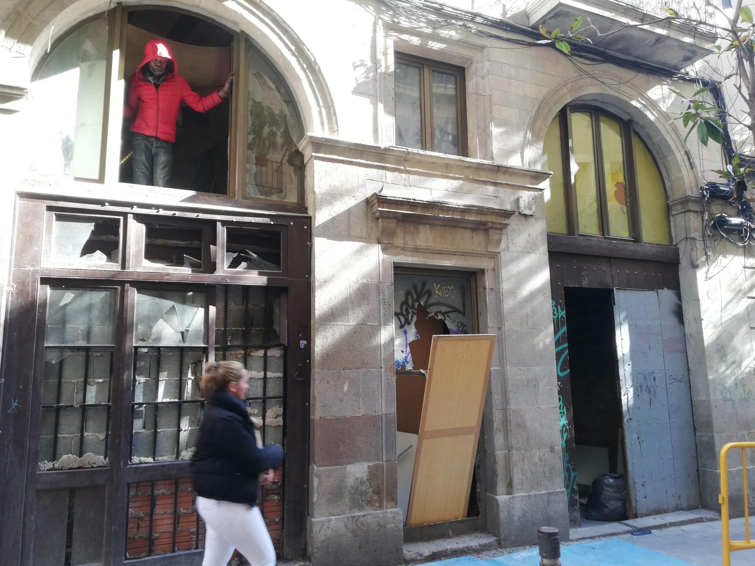 El número 14 del carrer Príncep de Viana, on els veïns asseguren que s'hi ven droga / Adrià Lizanda