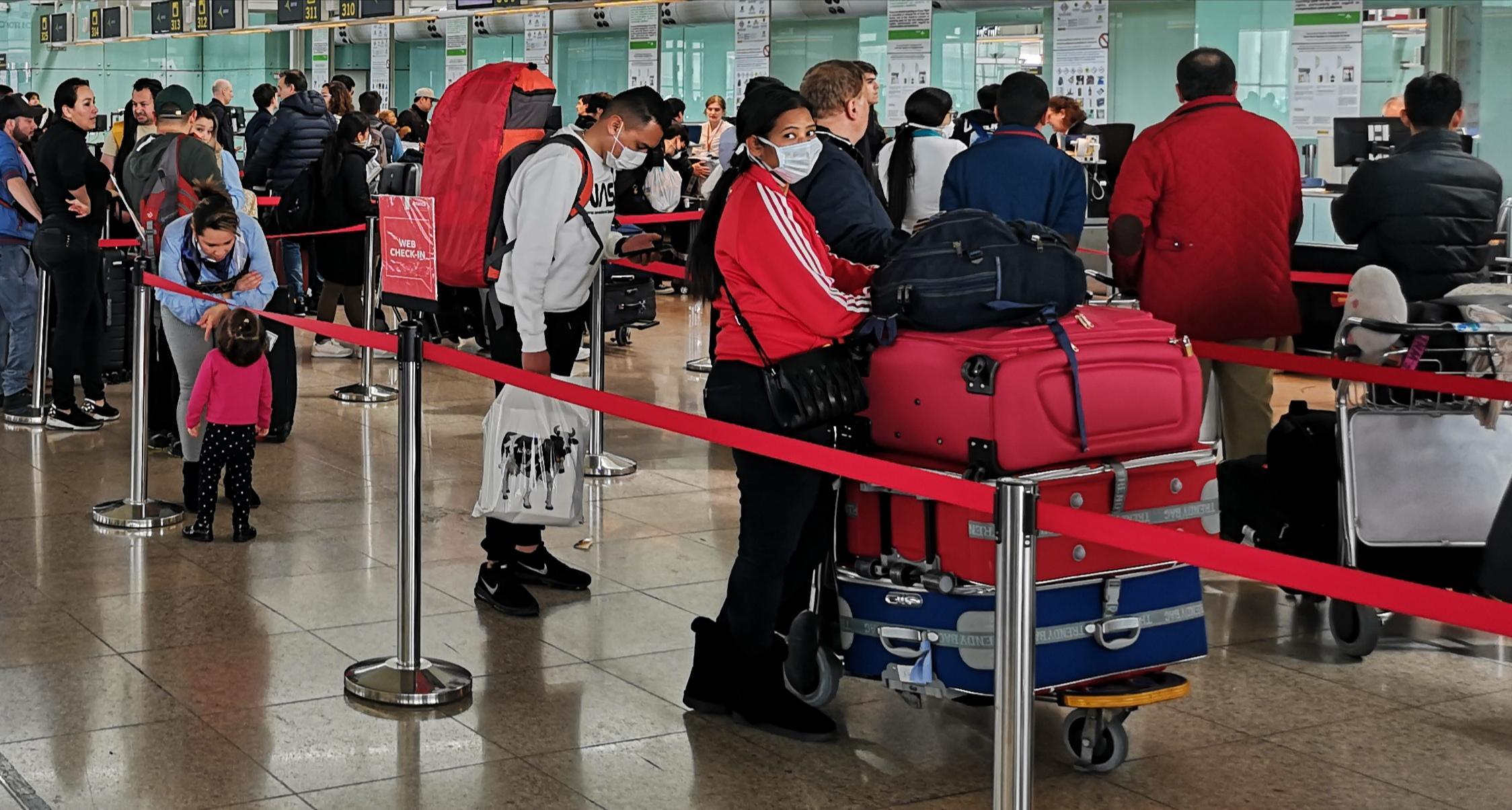 Viatgers amb mascaretes, el passat dijous a l'aeroport del Prat / David Cobo